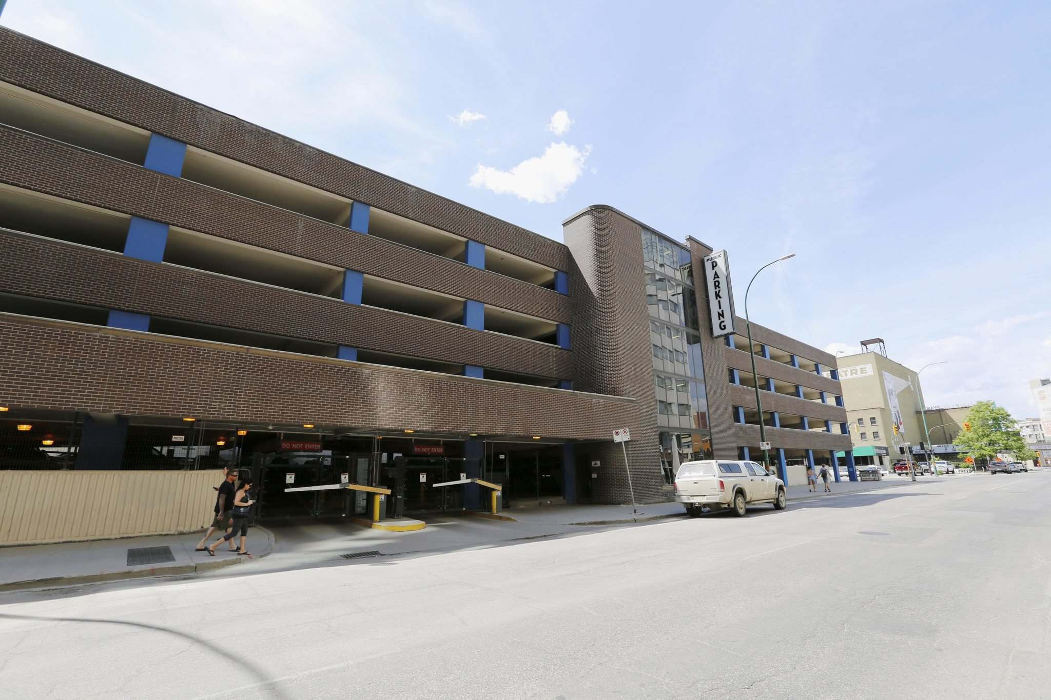 JUSTIN SAMANSKI-LANGILLE / WINNIPEG FREE PRESS</p><p>The Smith Street Parkade is located directly across from the Marlborough Hotel.</p></p>