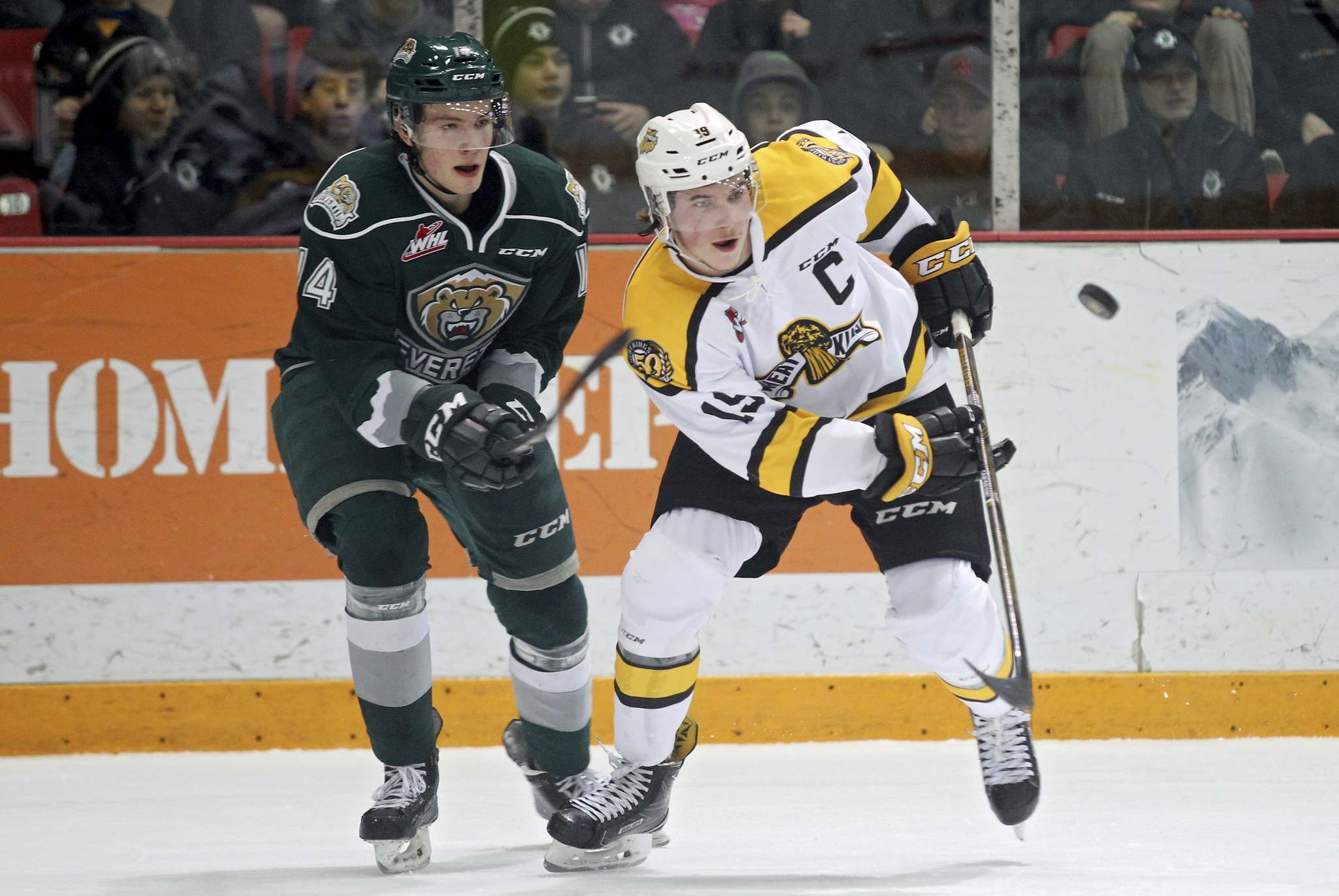 Tim Smith/The Brandon Sun Files</p><p>Brandon Wheat Kings&#39; Nolan Patrick, right, and Riley Sutter of the Everett Silvertips battle during WHL action. The Wheat Kings, Manitoba&#39;s only major junior franchise, don&#39;t have the same legal protection as teams in other provinces which exempts them from employment standards acts and defines WHL players as amateur athletes.</p>