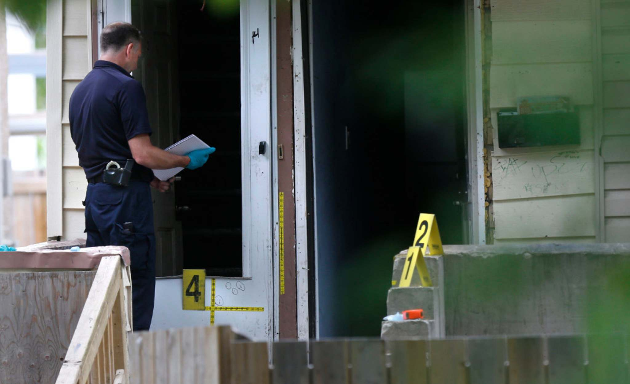 WAYNE GLOWACKI / WINNIPEG FREE PRESS</p><p>Winnipeg Police investigate the scene at 570 Spence St. Saturday after a 37-year-old woman was stabbed to death.</p>