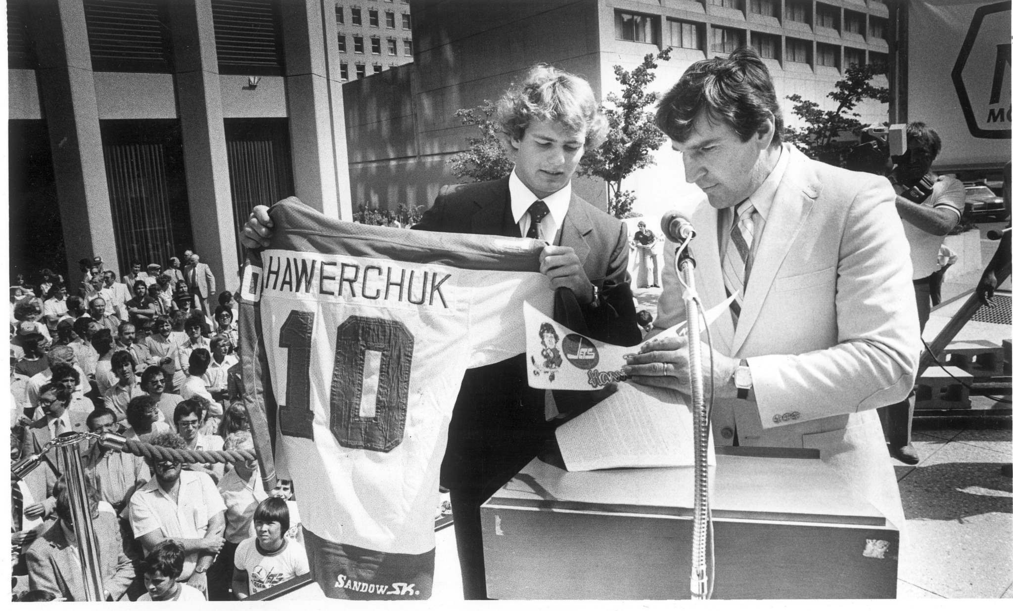 <p>Dale Hawerchuk signs his first NHL contract at the corner of Portage and Main with Jets GM John Ferguson.</p>