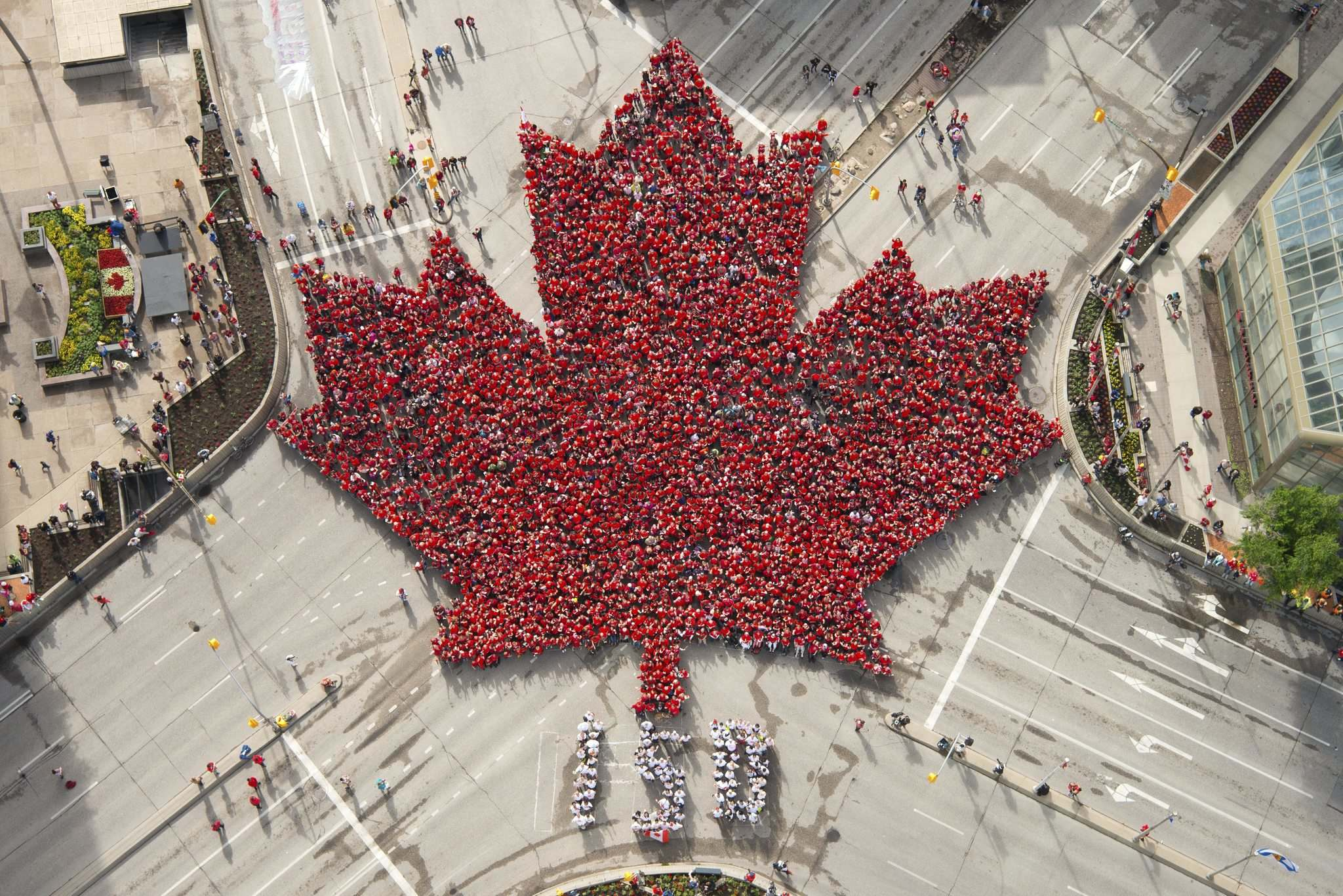 The living maple leaf takes shape at Portage and Main on Canada Day in 2017. (Dan Harper photo)</p>