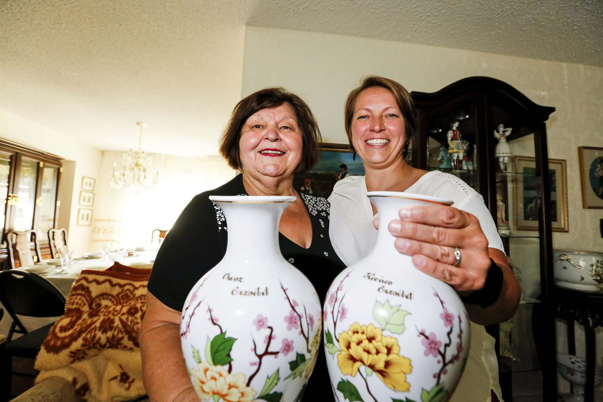 JUSTIN SAMANSKI-LANGILLE / WINNIPEG FREE PRESS</p><p>Liz Kovach and her daughter, Liz Jr. hold a pair of traditional Hungarian Hollohaza porcelain vases.</p>