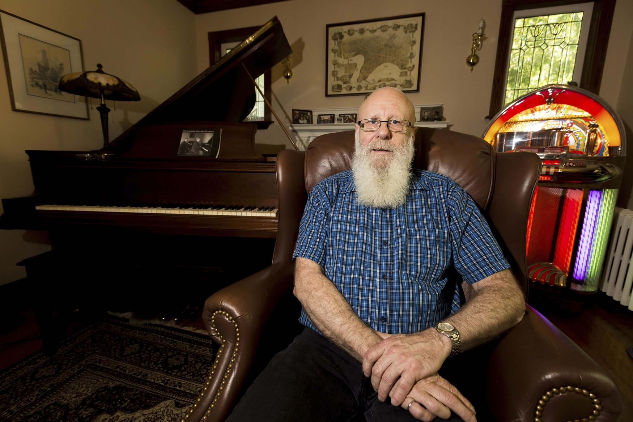Alan Turner in his living room with a player piano and jukebox. (Justin Samansk-Langille / Winnipeg Free Press files)