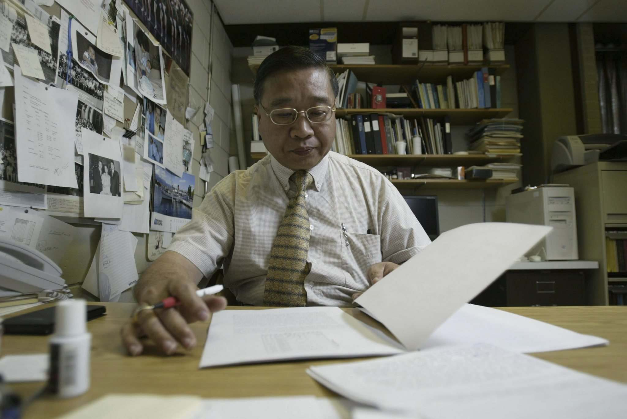 CHRISTOPHER PIKE / BRANDON SUN FILES</p><p>Ronald Dong in his office at Brandon University in 2005. A Free Press reporter who visited the physicist in 1979 was told of the potential for liquid crystal technology.</p>