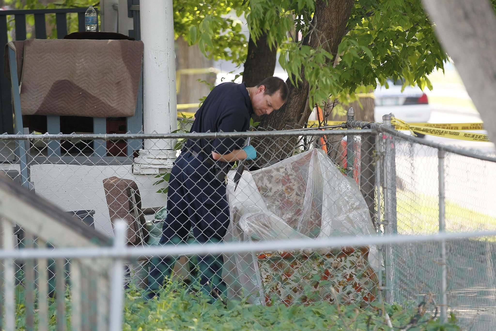 John Woods / Winnipeg Free Press files</p><p>Winnipeg police investigate at 375 Langside St., the scene of a murder, in June 2013.</p>