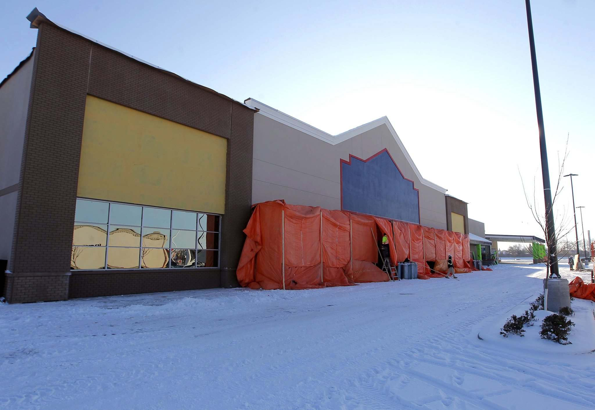 BORIS MINKEVICH / WINNIPEG FREE PRESS</p><p>New Lowe's store under construction in the Linden Ridge Shopping Centre.</p>