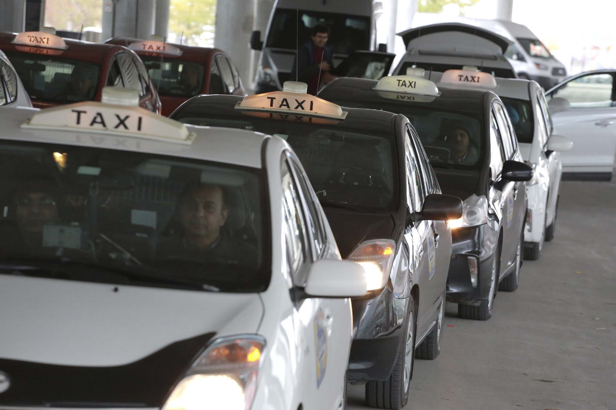 COLIN CORNEAU / WINNIPEG FREE PRESS FILES</p><p>Winnipeg taxi drivers say ride sharing vehicles such as Uber should have mandatory safety shields and cameras.</p></p>