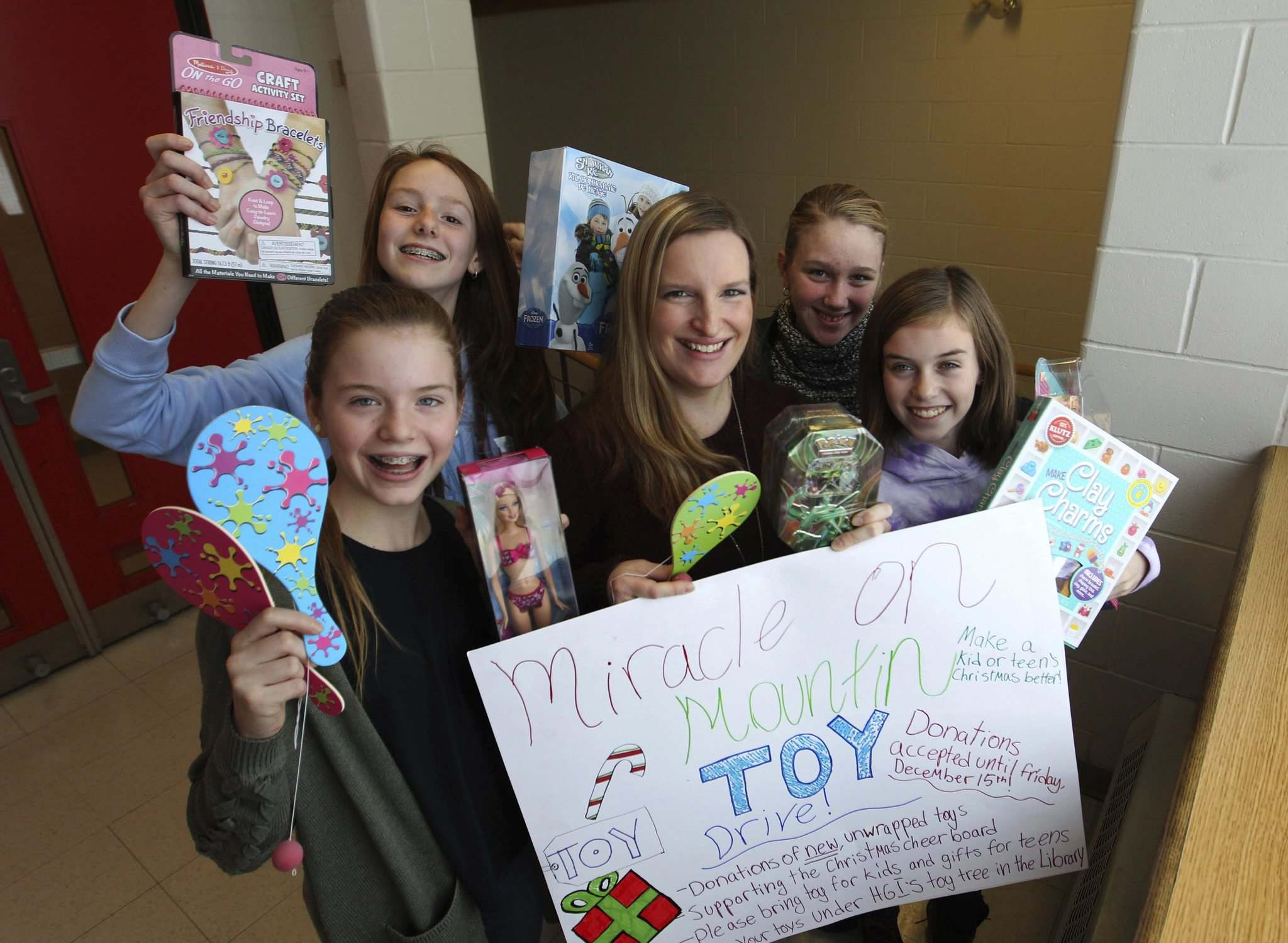 RUTH BONNEVILLE / WINNIPEG FREE PRESS</p><p>Henry G. Izatt Middle School teacher Kathy Stardom (centre) and some of her Grade 7 students (clockwise from left): Abby MacInnes, Kaylee McMannes, Veronica Sokolov and Alaina Simpson. The students are contributing to the Free Press's Miracle on Mountain campaign.</p></p>