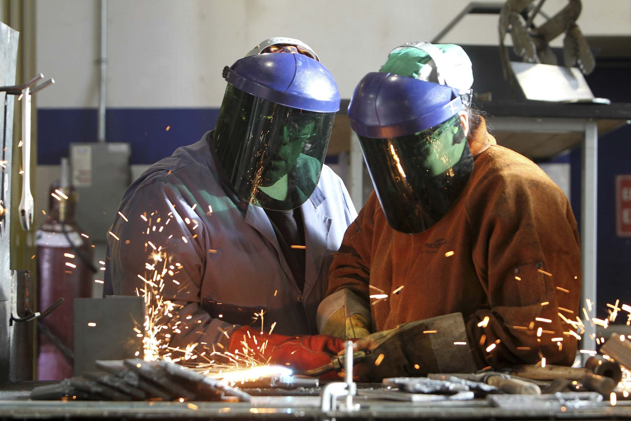 RUTH BONNEVILLE / WINNIPEG FREE PRESS</p></p><p>Hilary Forbes, right, learns to weld with the direction of welding instructor Ted Taylor at the Neeginan College of Applied Technology in the welding class. The welding class is ibeside Neeginan Centre and part of CAHRD (Centre for Aboriginal Human Resource Development Inc.)</p>