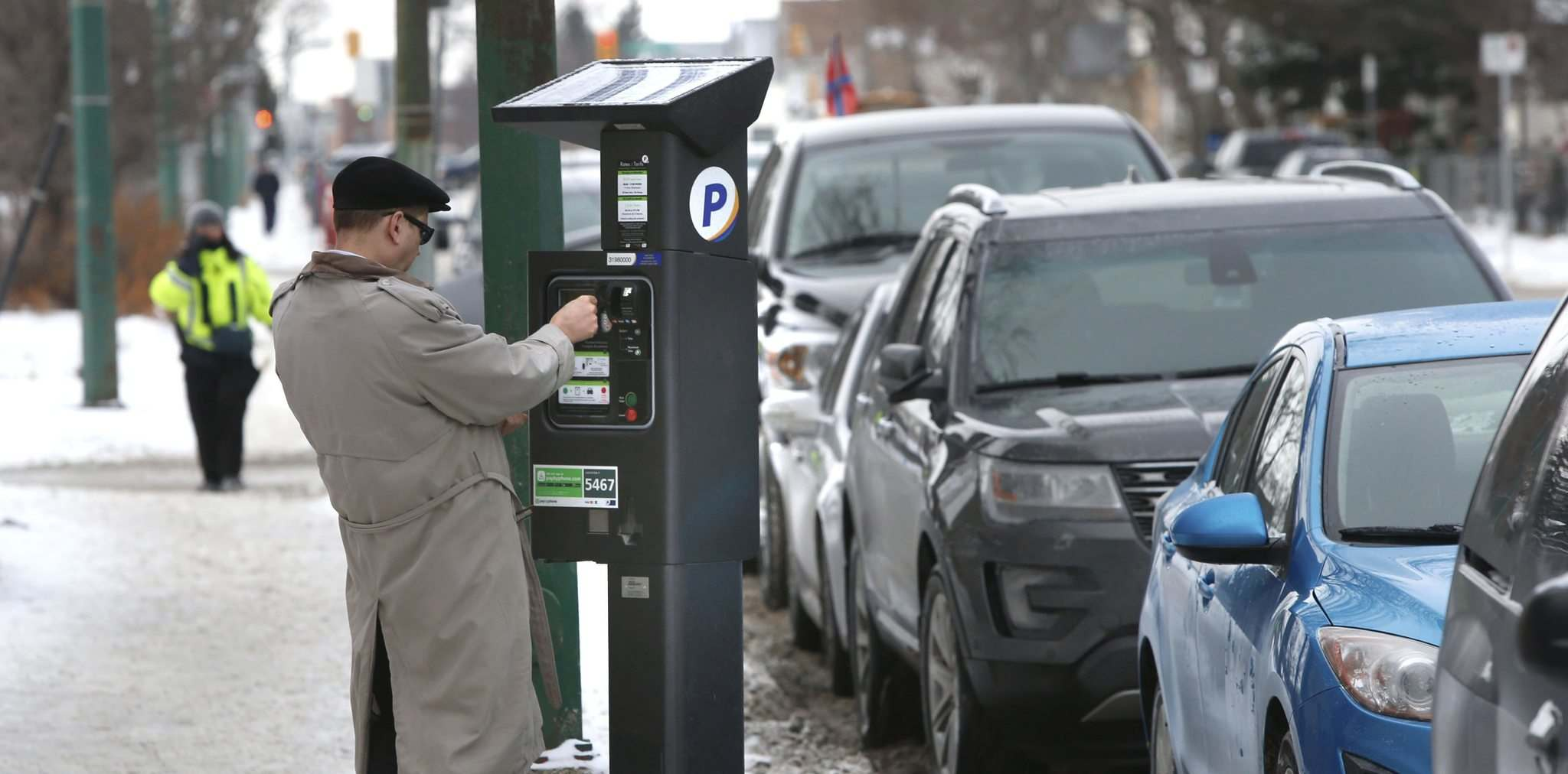WAYNE GLOWACKI / WINNIPEG FREE PRESS FILES</p><p>Despite stickers on downtown parking meters informing motorists parking is free for two hours on Saturdays, people have been finding tickets on their windshields if they didn&#39;t plug the meter. </p></p>