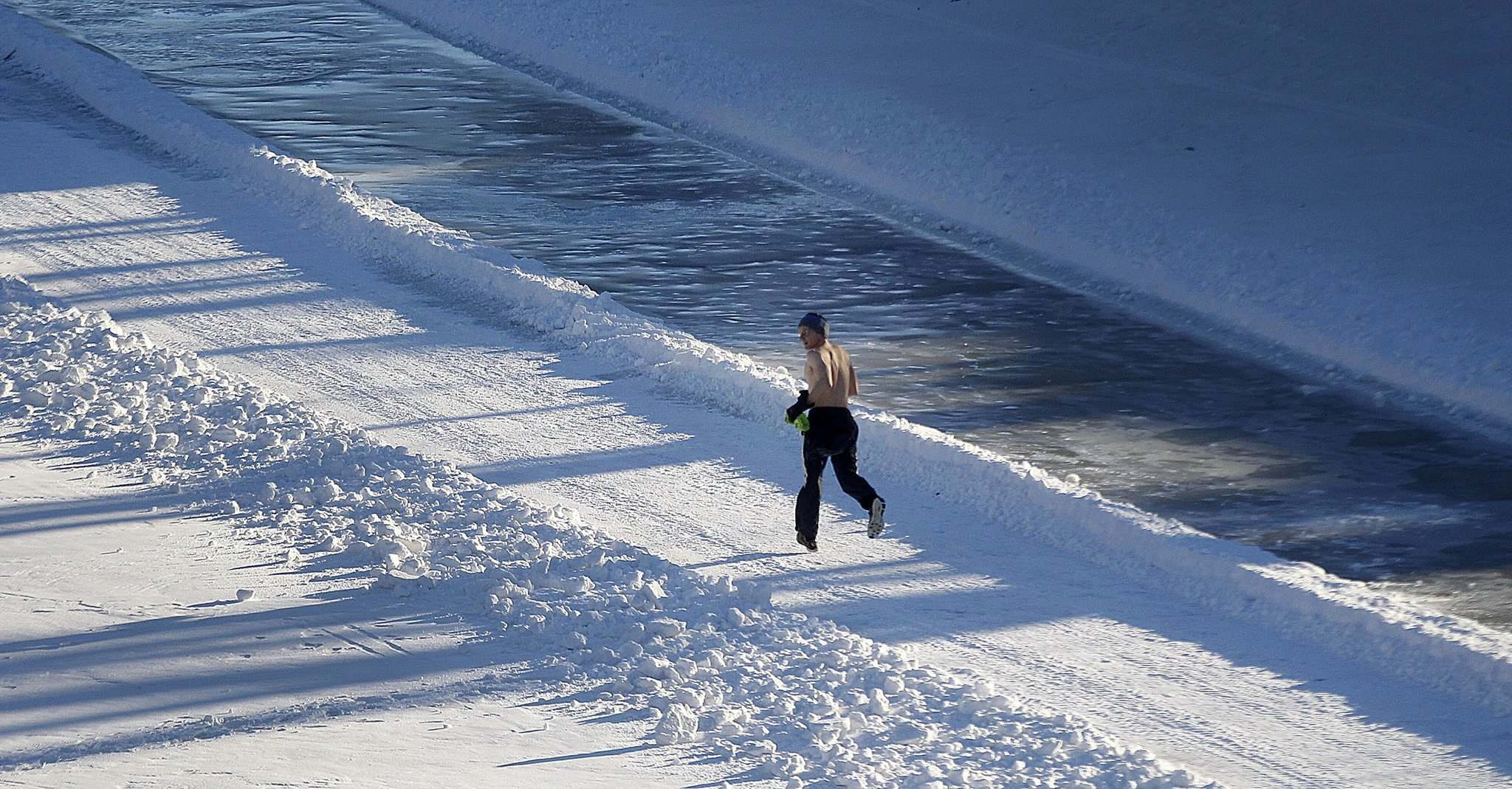 PHIL HOSSACK / Winnipeg Free Press</p><p>A topless man jogs enjoying the warm sun as Winnipeggers gather on the newest part of the River trail wednesday.</p>