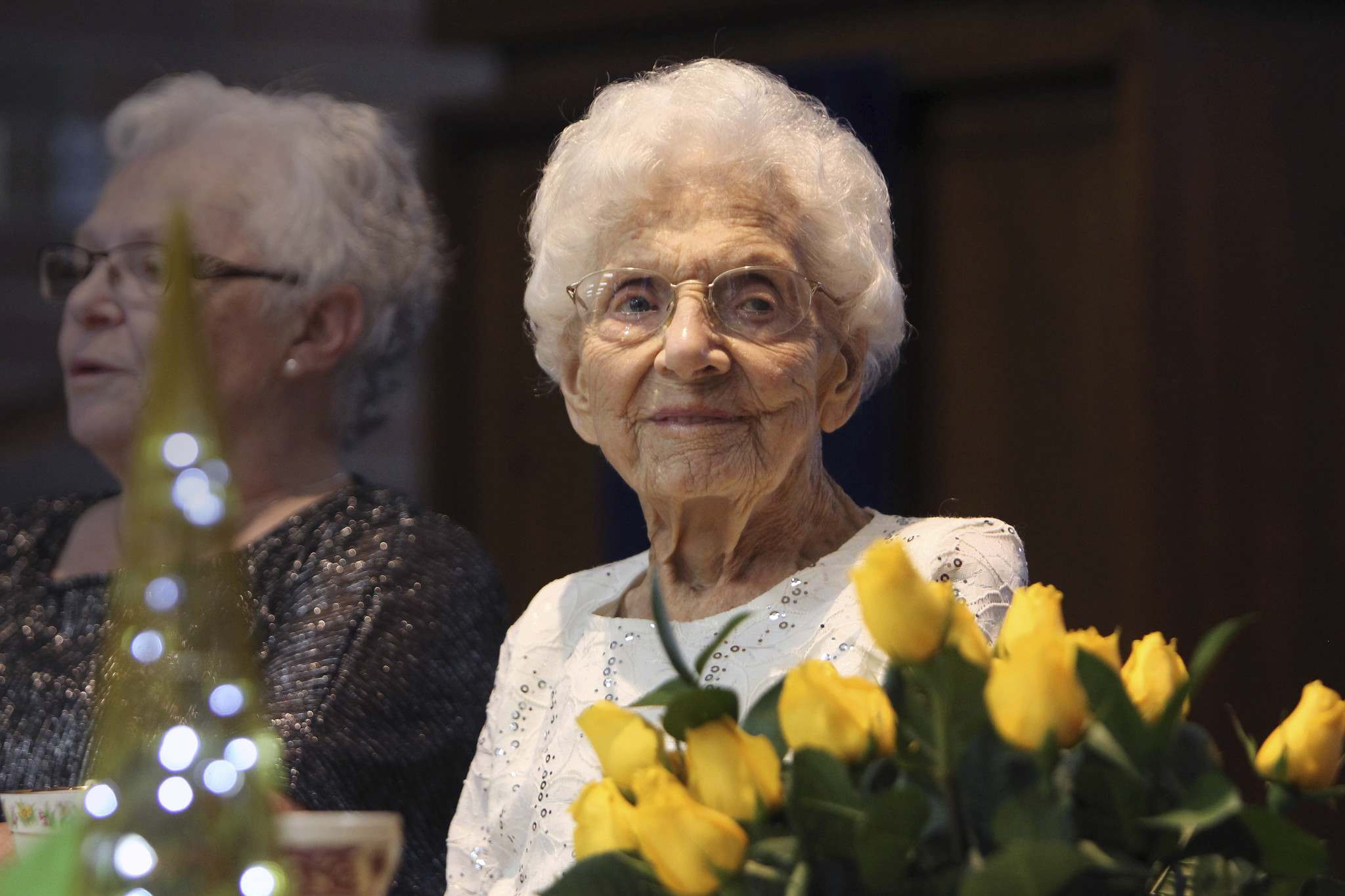 Hilda Wood celebrates her 110th birthday with friends and family in November, 2017. (Ruth Bonneville / Winnipeg Free Press files)