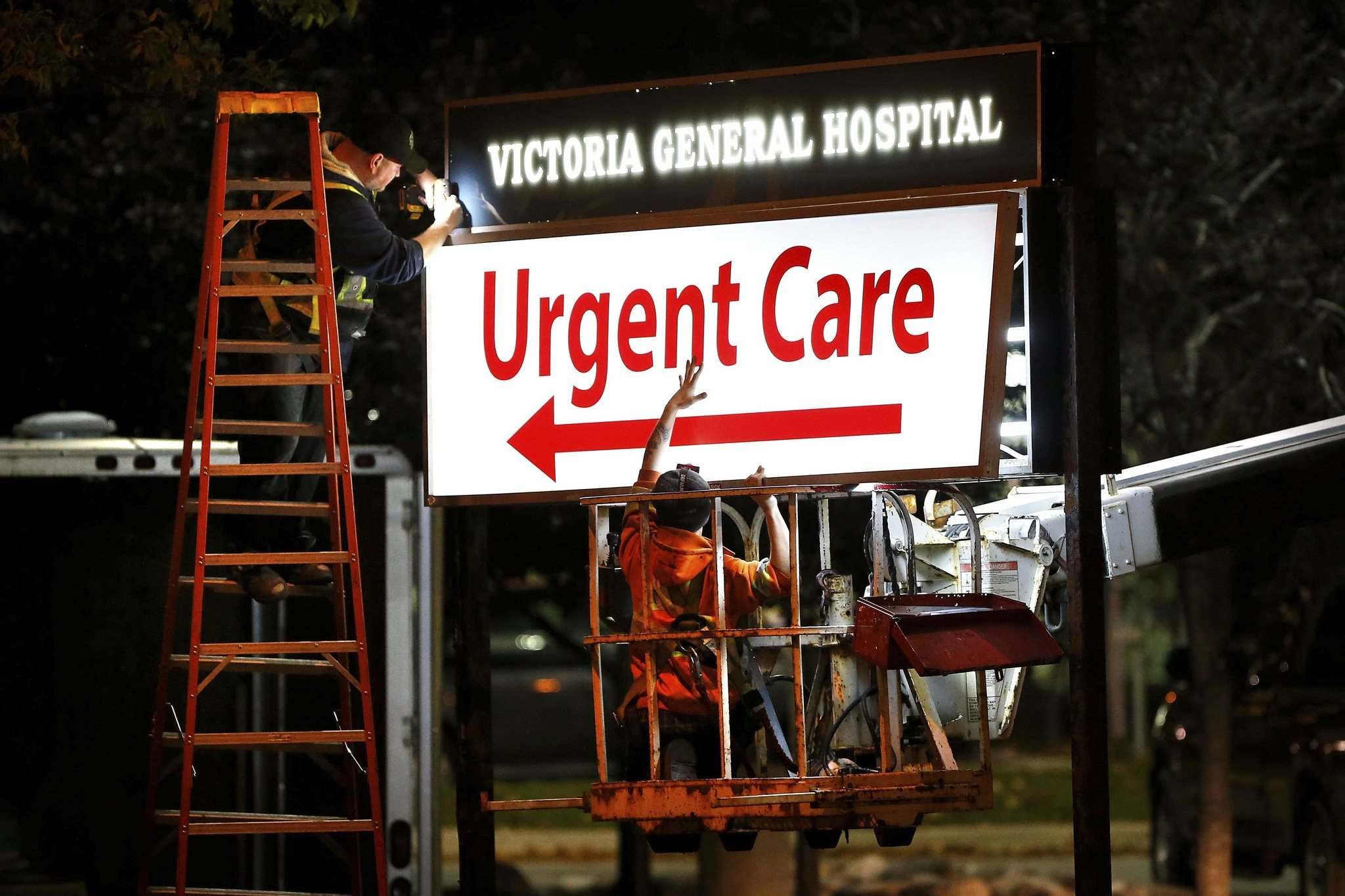JOHN WOODS / WINNIPEG FREE PRESS FILES</p><p>A sign crew installs Urgent Care signage at Victoria General Hospital in 2017.</p>