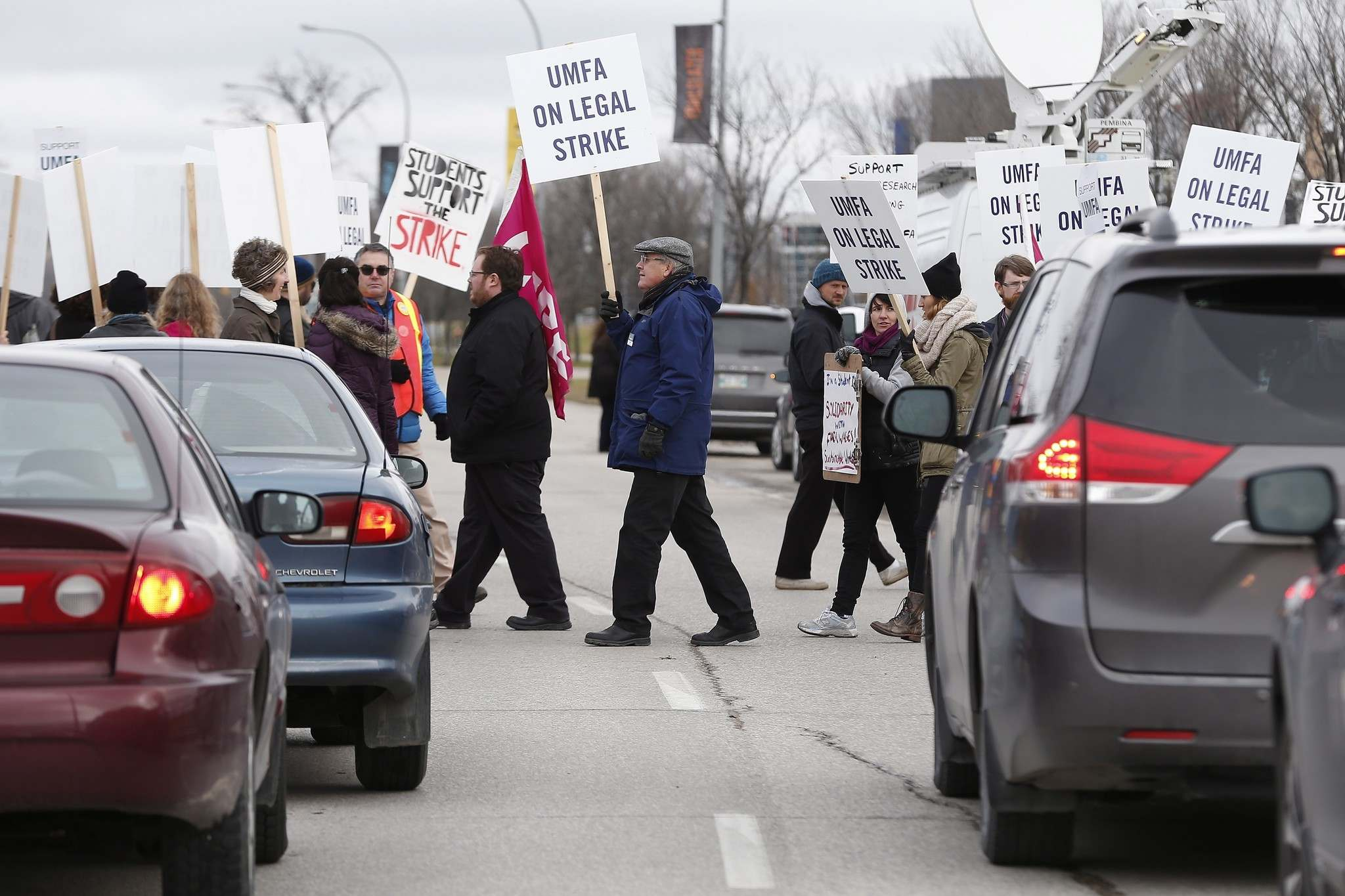 University of Manitoba Faculty Association (UMFA) went on strike and hit the picket lines at the entrance to the university in Winnipeg, Tuesday, November 1, 2016. (John Woods / The Canadian Press files)</p>