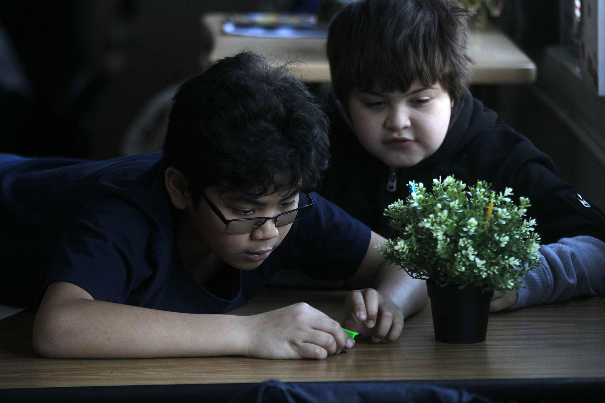 Hozea Ing (left) and Aries West, grade four students at Brooklands School, work on a lesson for Project 11. (Phil Hossack / Winnipeg Free Press)