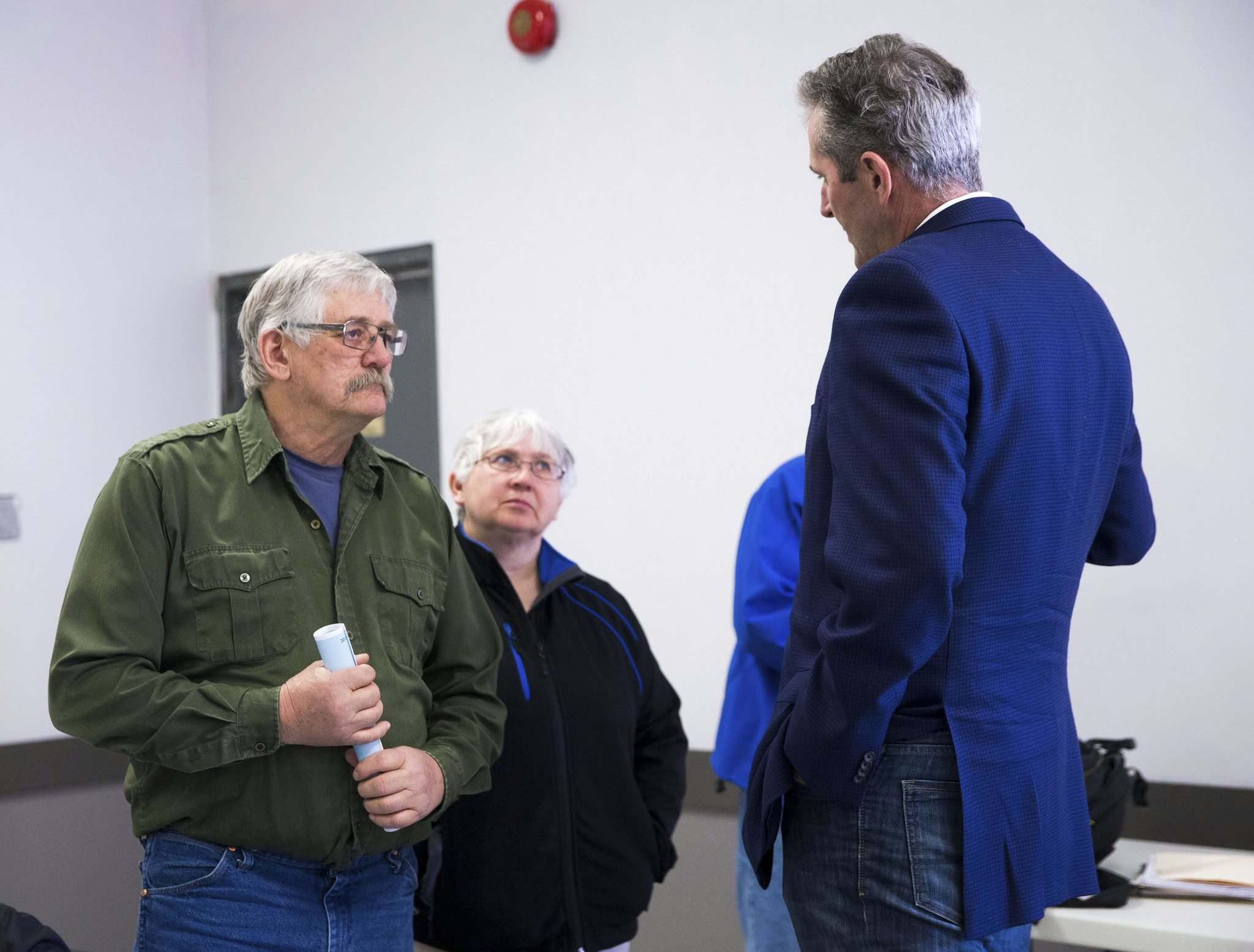 MIKAELA MACKENZIE / WINNIPEG FREE PRESS</p><p>Premier Brian Pallister chats with farmers Ross and Helen Jermey at the meeting.</p>