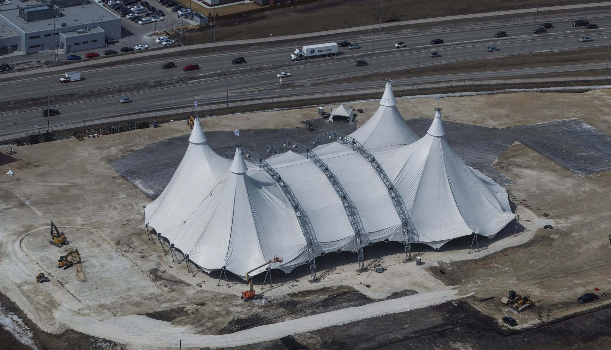 <p>Crews work to raise the White Big Top at the Cavalia Odysseo site Tuesday morning.</p> (MIKE DEAL / WINNIPEG FREE PRESS</P>)