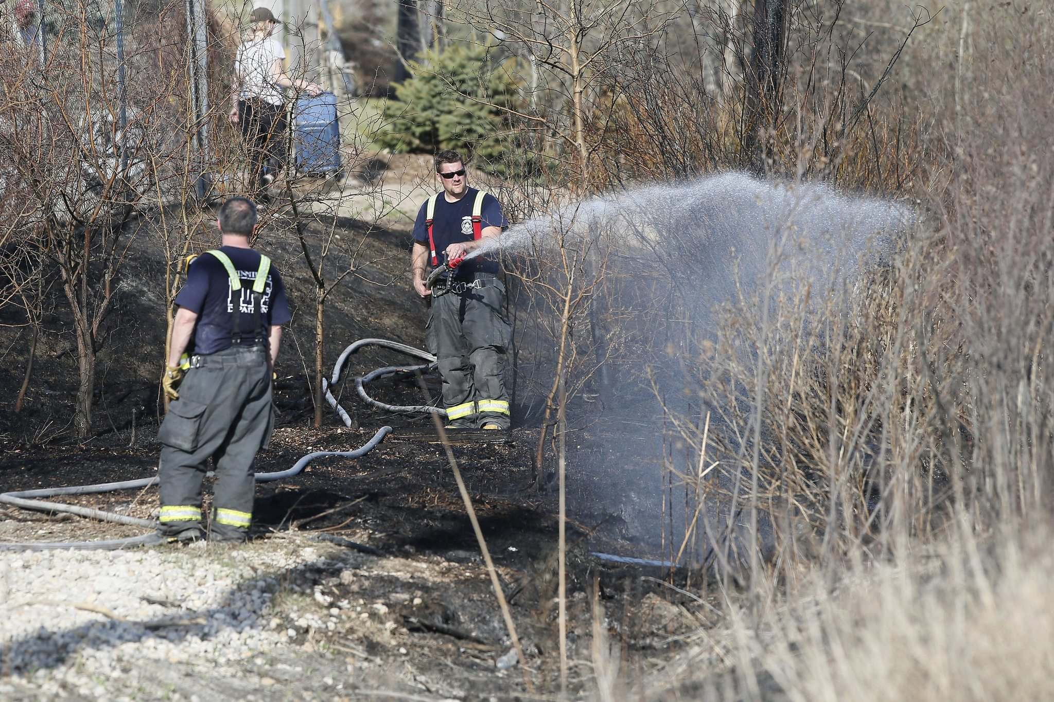 JOHN WOODS / WINNIPEG FREE PRESS files</p><p>A Winnipeg firefighter douses a brush fire.</p>