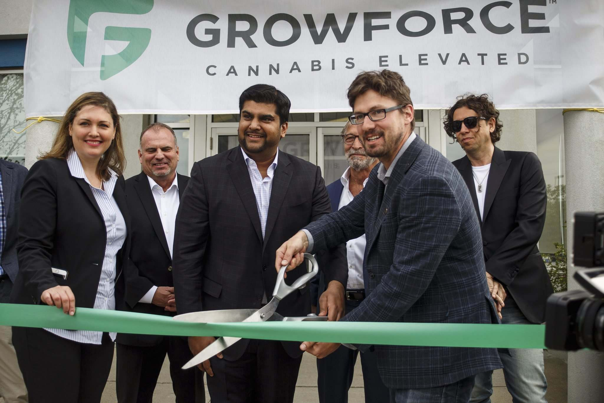 MIKE DEAL / WINNIPEG FREE PRESS</p><p>GrowForce CEO Rishi Gautam (left) and Coun. Matt Allard perform a ribbon-cutting Tuesday.</p></p>