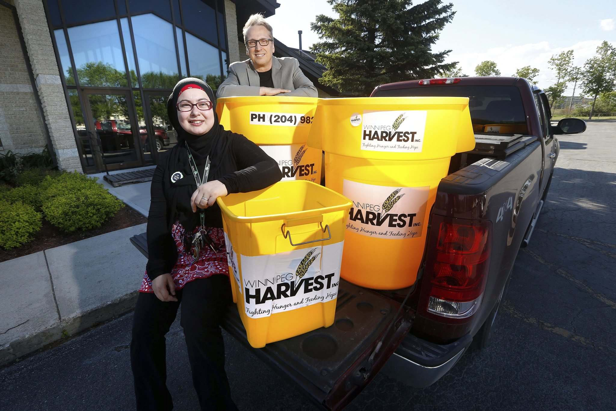 JOHN WOODS / WINNIPEG FREE PRESS</p><p>Lubna Usmani and Rocky Baronins get ready for their interfaith food drive, to be held on Saturday, June 23.</p></p>