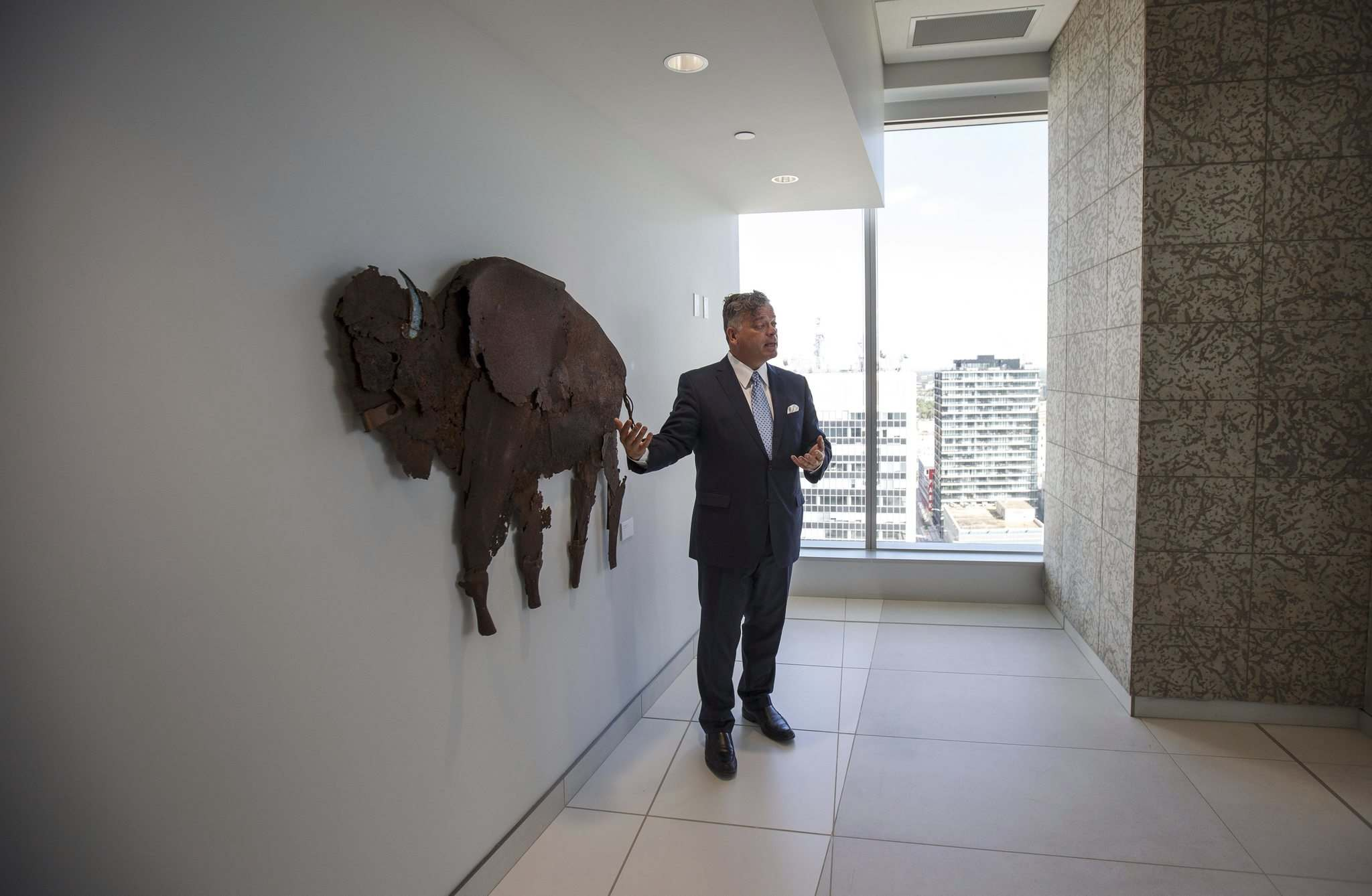 Jeff Hirsch from Thompson Dorfman Sweatman talks about the fine art that decorates the walls of their 17th floor offices. (Mike Deal / Winnipeg Free Press)</p>