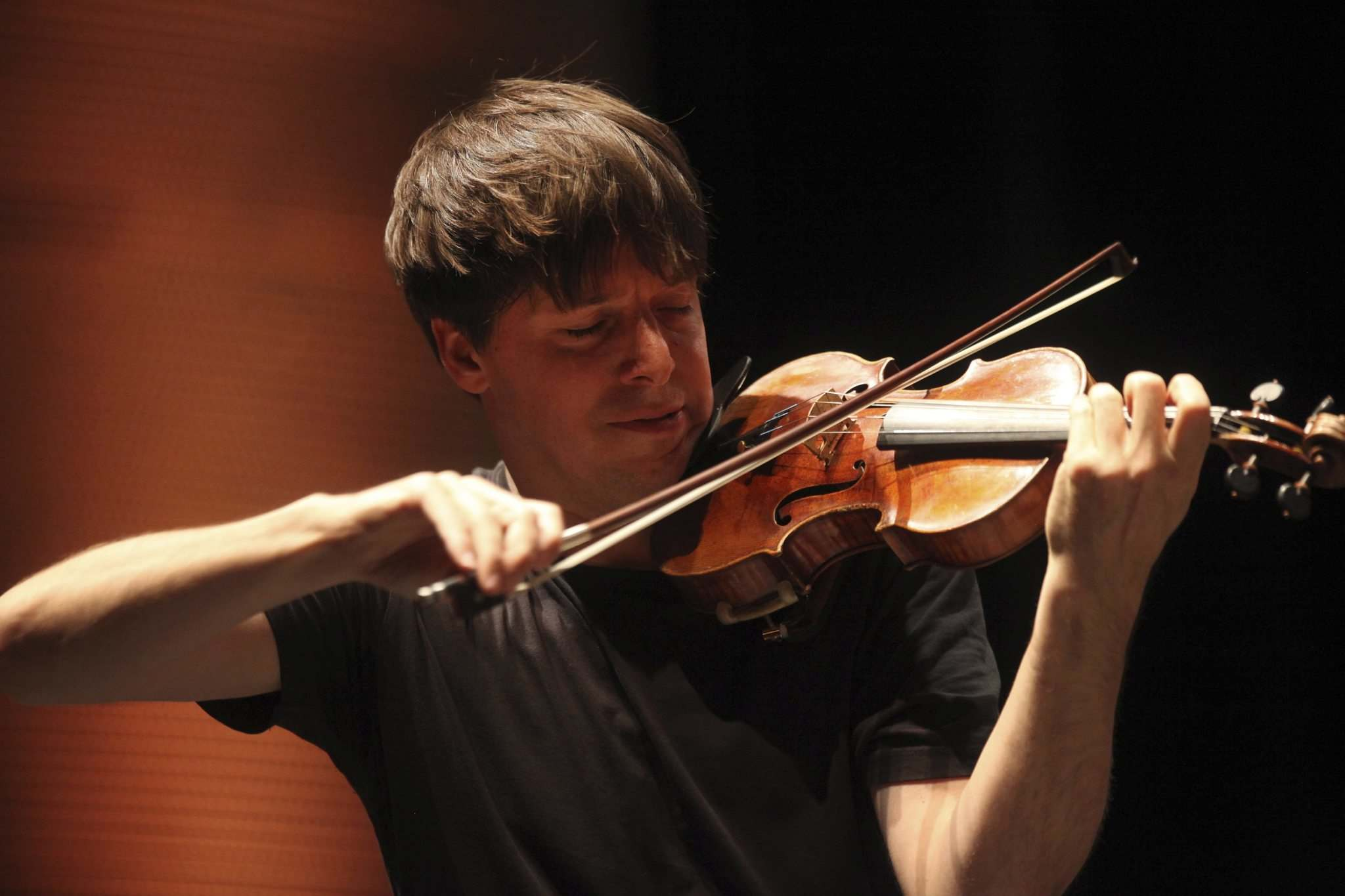RUTH BONNEVILLE / WINNIPEG FREE PRESS files</p><p>Violinist Joshua Bell, with his US$15-million Stradivarius, rehearses with the WSO at the Centennial Concert Hall in 2016.</p></p>