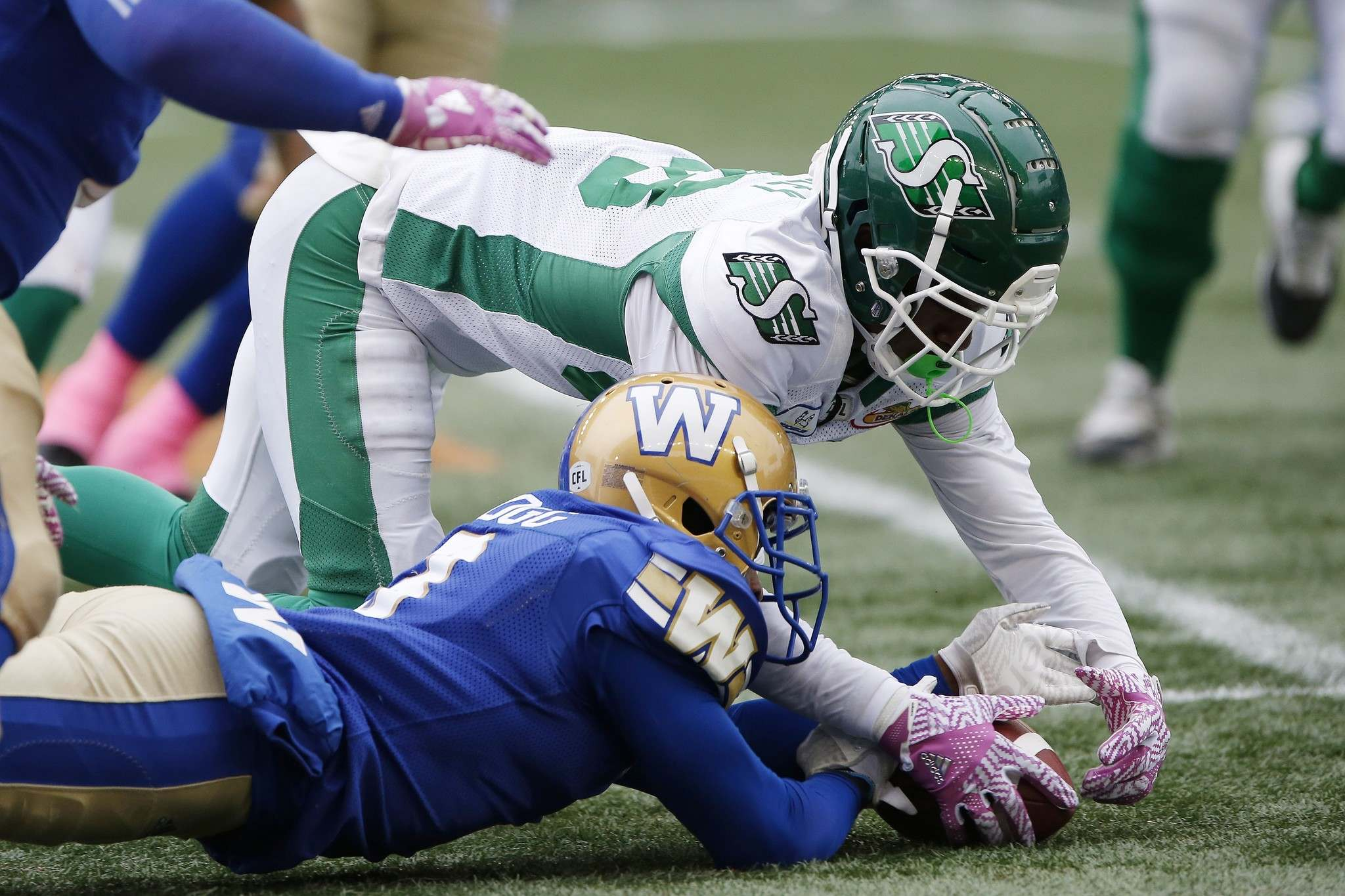JOHN WOODS / THE CANADIAN PRESS</p><p>Winnipeg Blue Bombers&#39; Kevin Fogg (3) jumps on the loose ball fumbled by Saskatchewan Roughriders&#39; Caleb Holley (88) during the second half. </p>