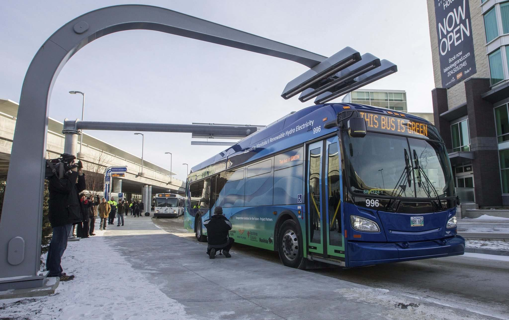 MIKE DEAL / WINNIPEG FREE PRESS</p><p>An electric bus at a charging station after the announcement that electric transit buses were being deployed on a Winnipeg Transit route in November, 2014.</p>