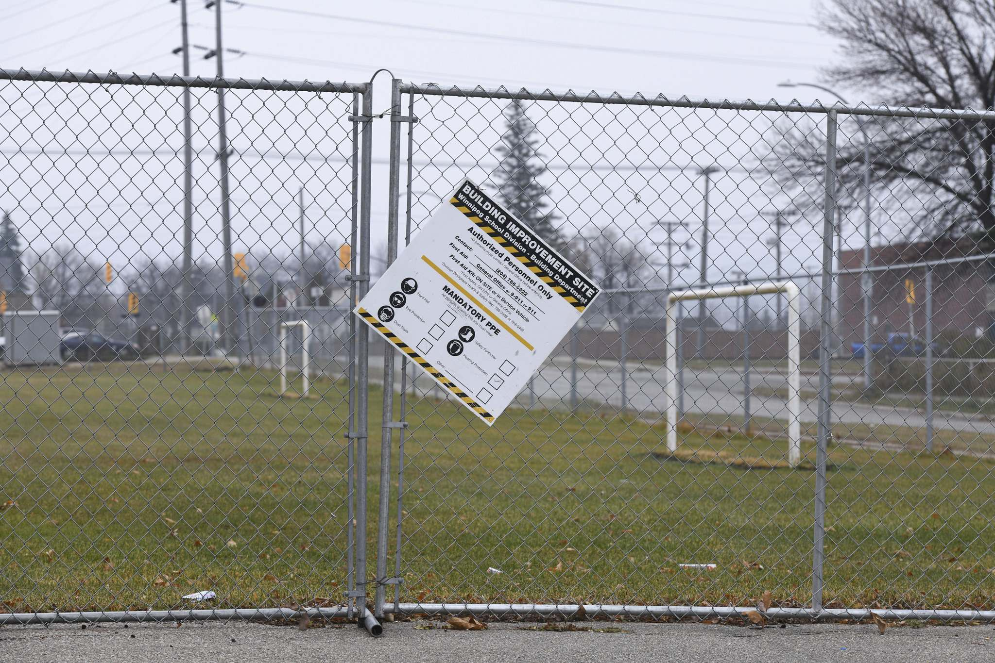 The field at Weston School has been closed since a report on high lead levels in the soil was released last month. (Mike Sudoma / Winnipeg Free Press)</p></p>