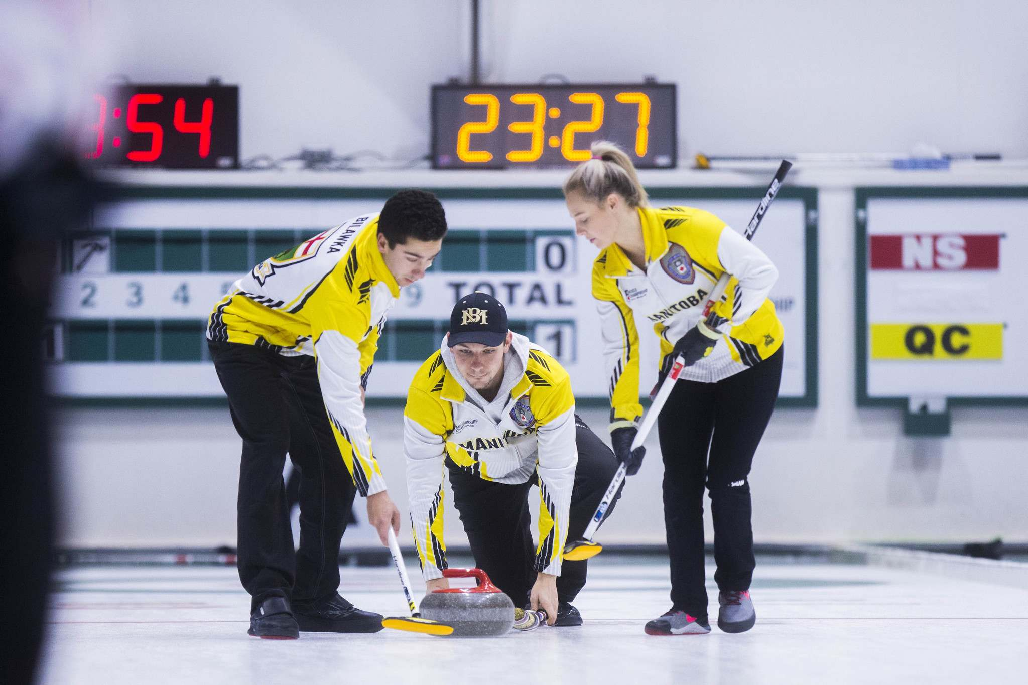 MIKAELA MACKENZIE / WINNIPEG FREE PRESS</p><p>Team Manitoba skip Colin Kurz throws in a game against Ontario at the Fort Rouge Curling Club in Winnipeg on Friday. The Manitoba rink has a spot in the final four this weekend.</p>
