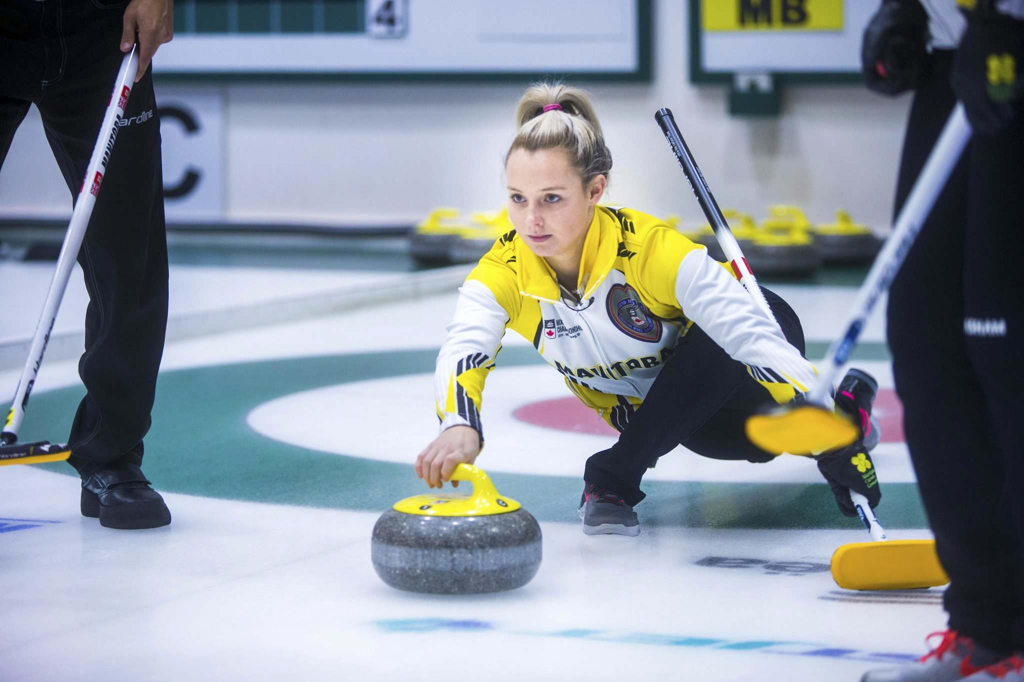 MIKAELA MACKENZIE / WINNIPEG FREE PRESS</p><p>Manitoba team curler Sara Oliver throws a rock at the Fort Rouge Curling Club in Winnipeg on Saturday, Nov. 10, 2018.</p>