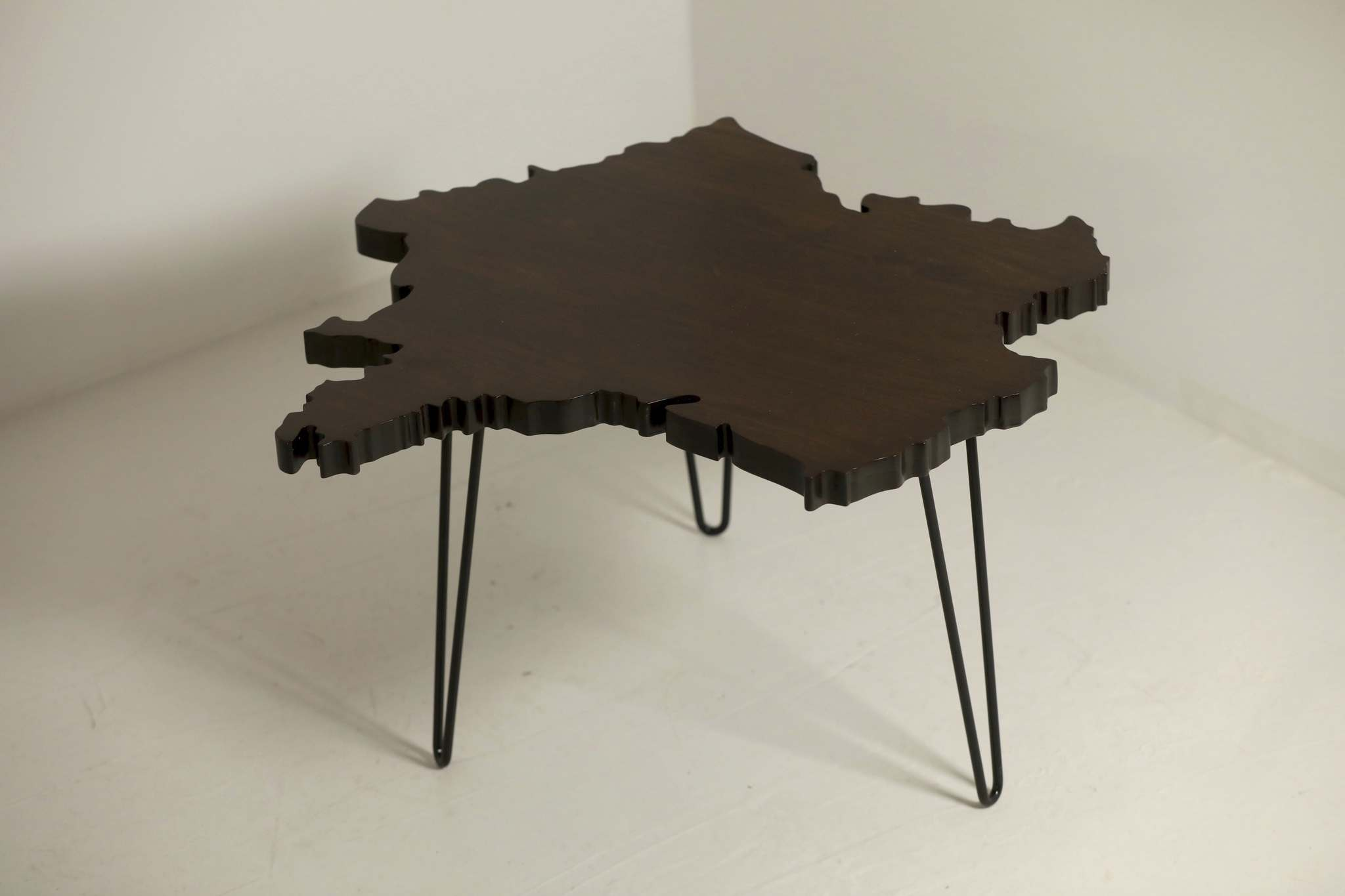 </p><p>A table in the shape of France.</p>