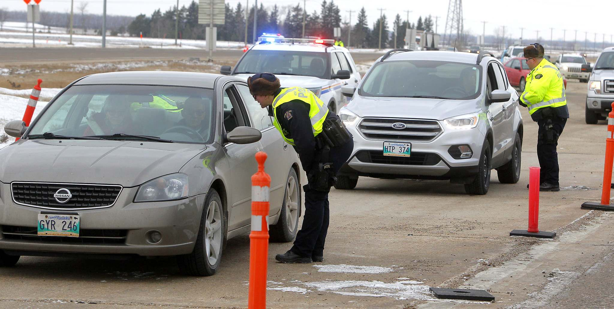 RCMP officers check drivers for alcohol impairment on Highway 1 West, near the Headingley weigh scales. (Free Press file photo)</p>