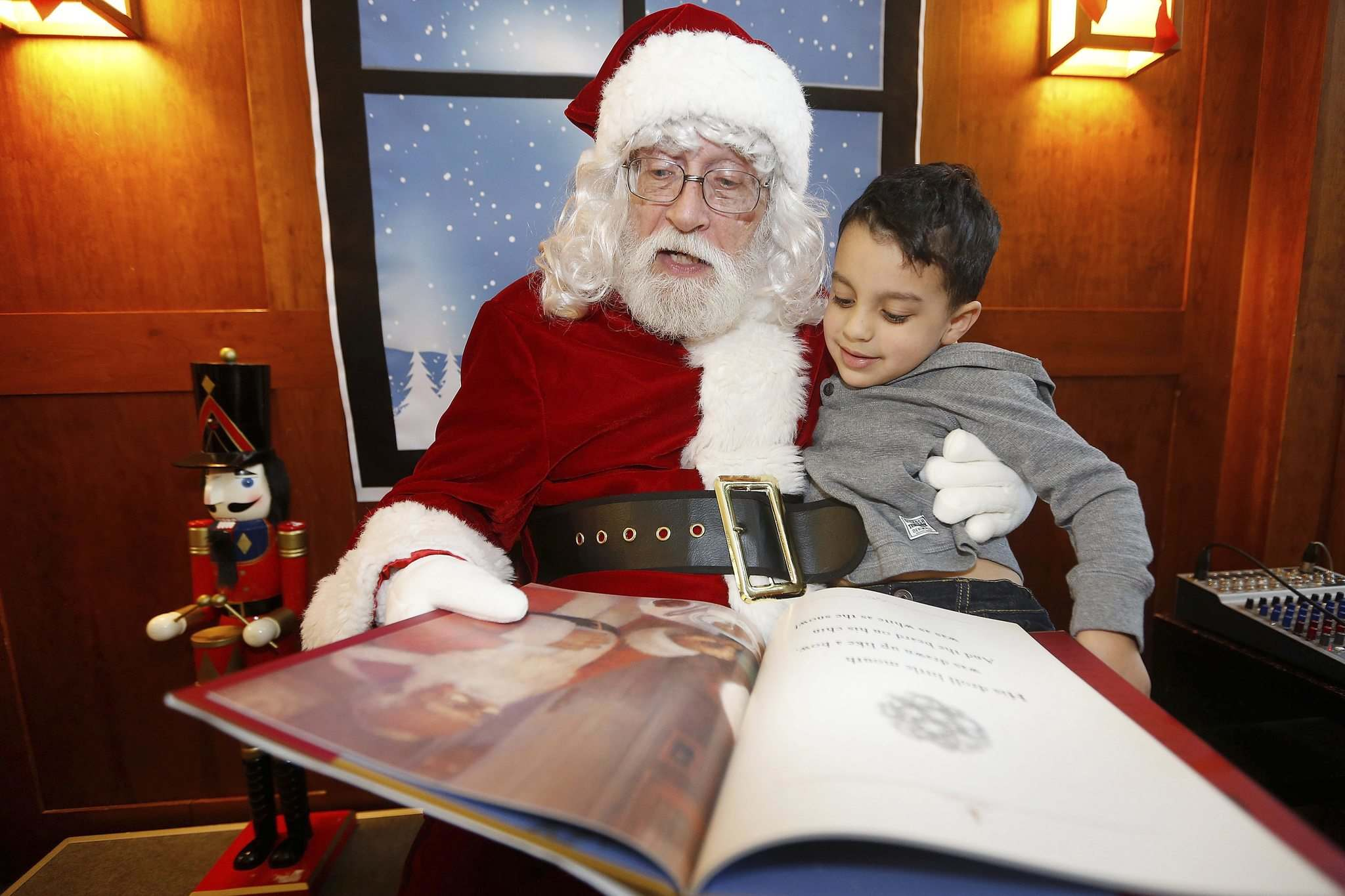 JOHN WOODS / WINNIPEG FREE PRESS</p><p>Santa Claus and four-year-old Nicholas Cambell enjoy a book together at McNally Robinson Booksellers' Grant Park location.</p>