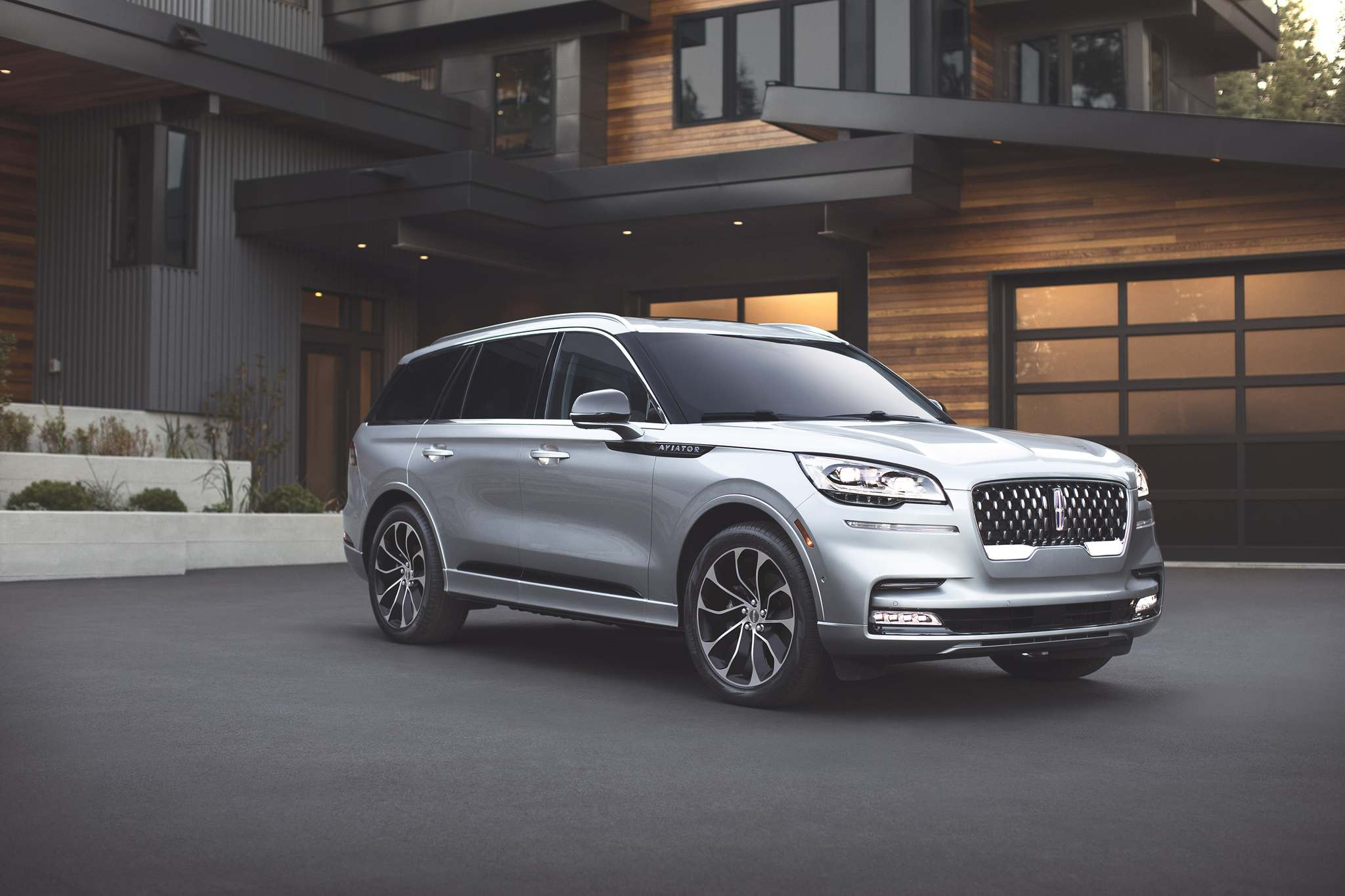 Lincoln Motor CompanyThe 2020 Lincoln Aviator, unveiled ahead of the 2018 Los Angeles Auto Show, features two versions of its signature grille, a third row of seats and a plug-in hybrid variant labelled the Aviator Grand Touring.