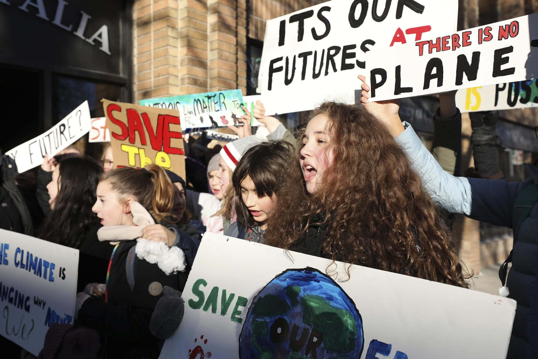RUTH BONNEVILLE / WINNIPEG FREE PRESS files</p><p>École River Heights School students hold signs outside MP Jim Carr's office on Dec. 7, lobbying the government for laws to protect the planet.</p>