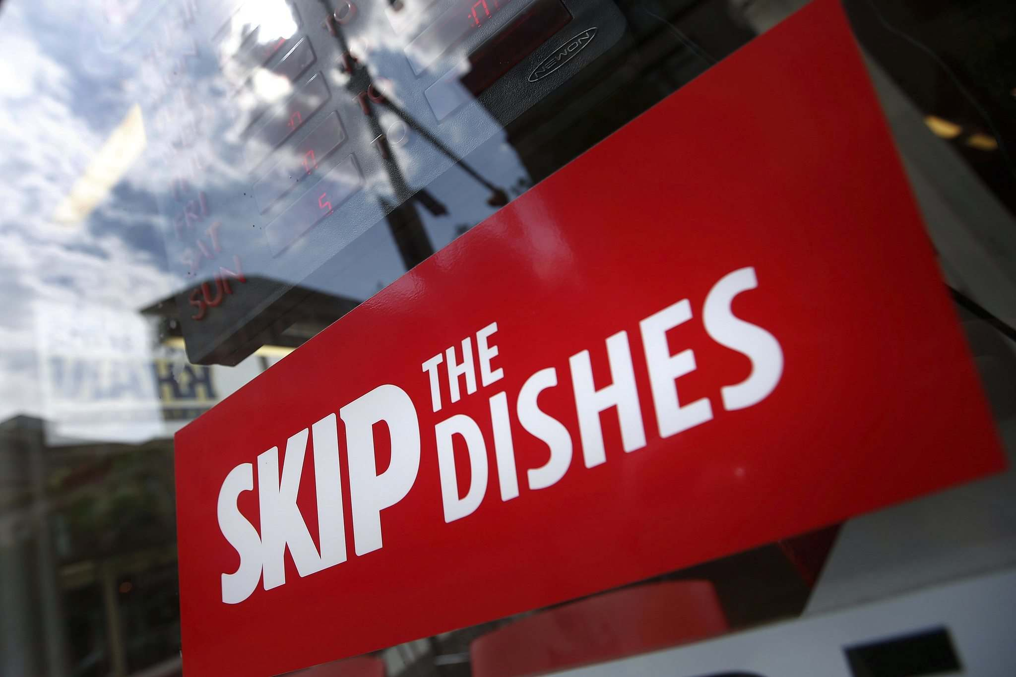 The Skip the Dishes food-delivery service employs about 2,000 people in Winnipeg. (John Woods / Winnipeg Free Press files) </p>