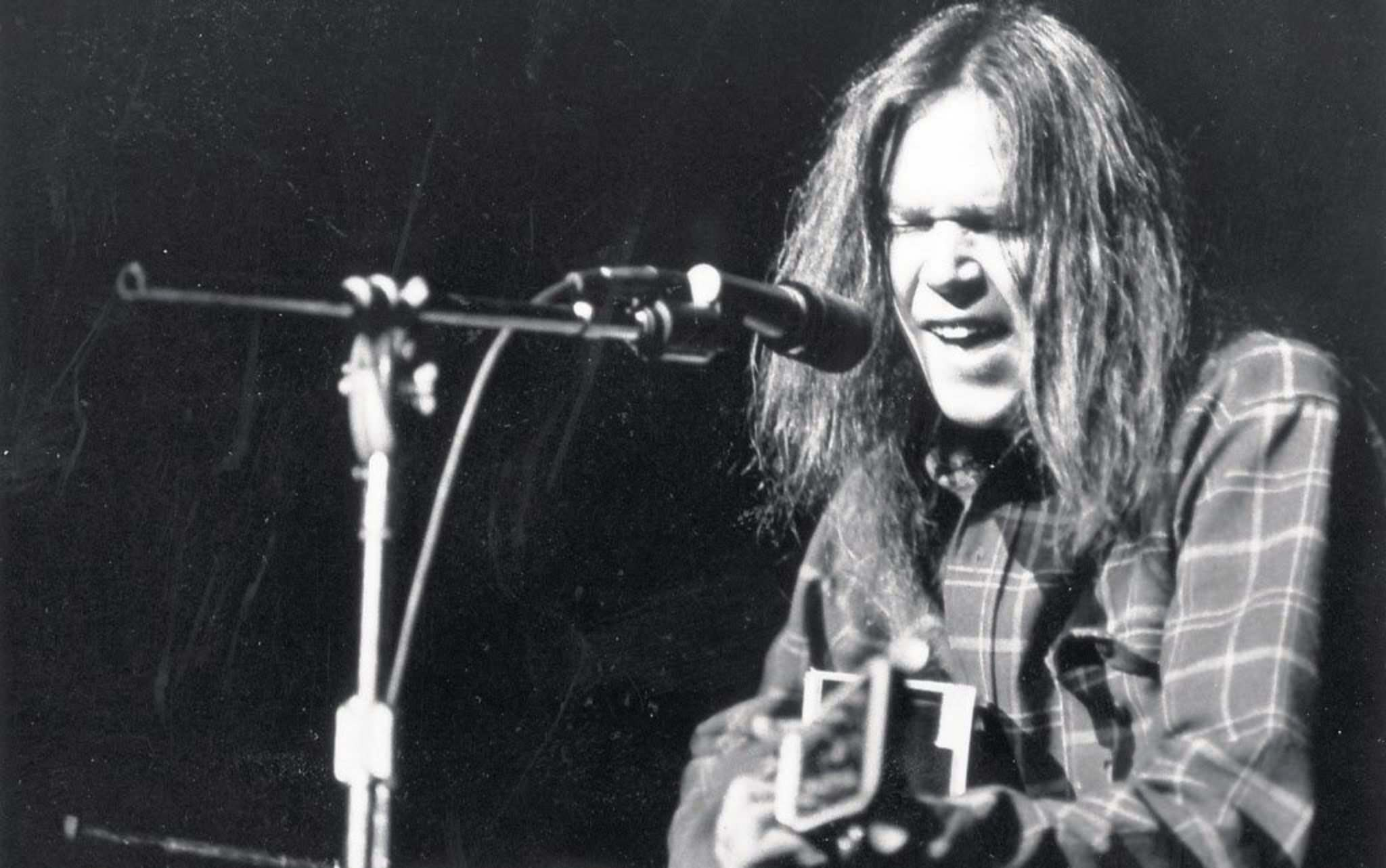 Young at Toronto's Massey Hall in 1971. (National Archives of Canada)
