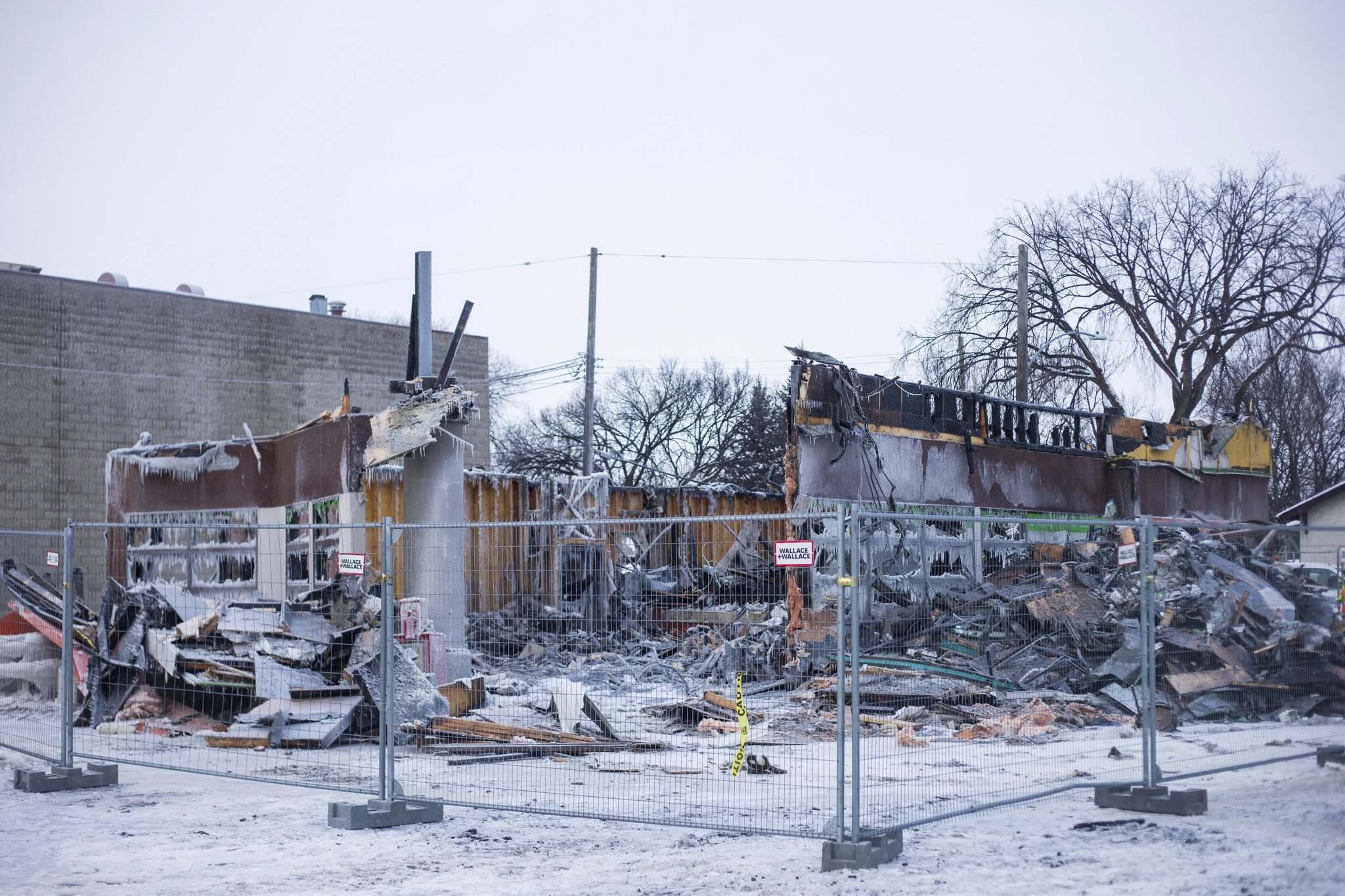 MIKAELA MACKENZIE / WINNIPEG FREE PRESS</p><p>The burned-out A&W at Main and Inkster.</p>