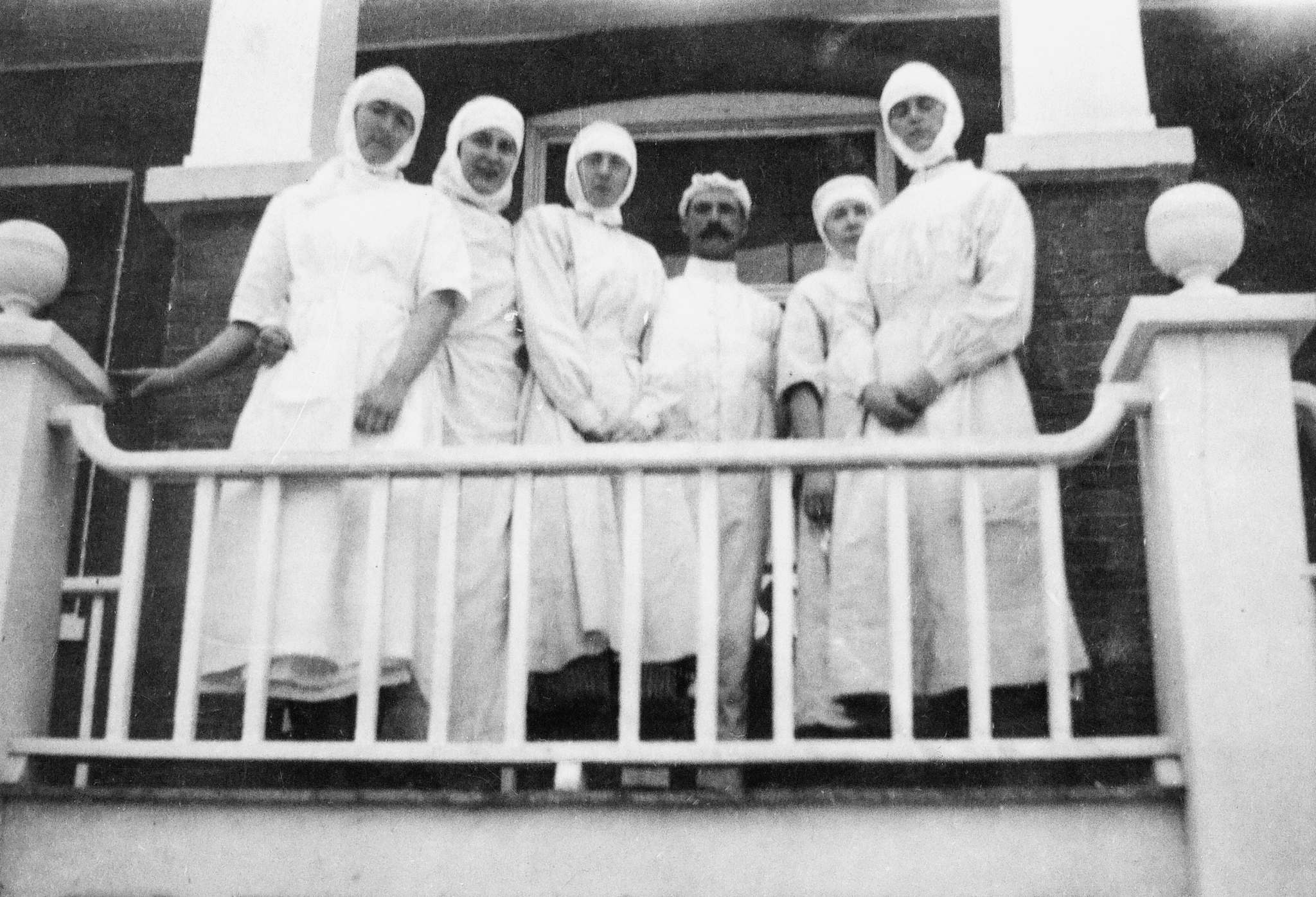 Nurses at Isolation Hospital in Lloydminster in 1918.</p>