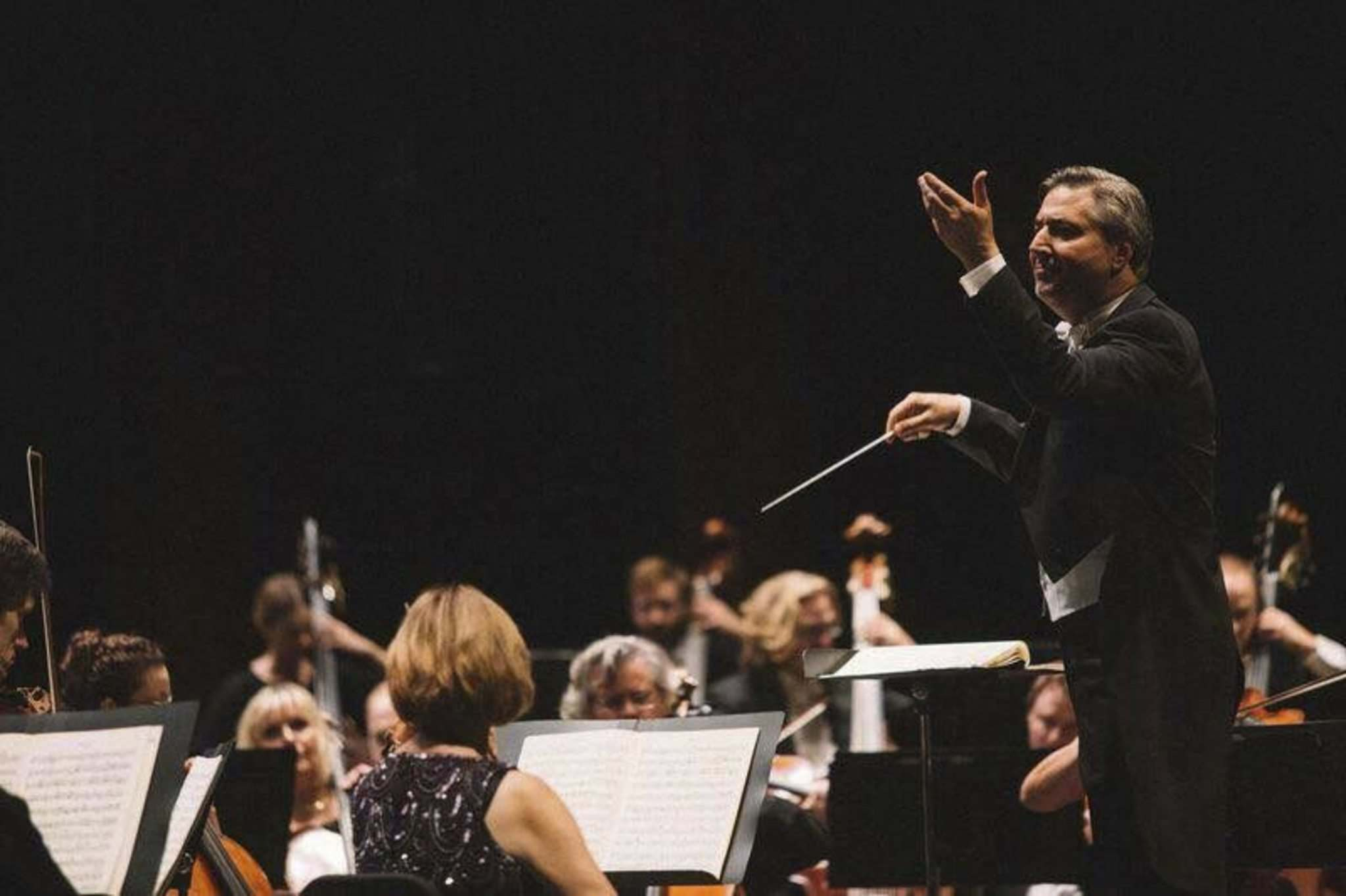 Conductor Daniel Raskin leads the Winnipeg Symphony Orchestra, which is actively and successfully targeting a millennial audience. (Winnipeg Free Press files)