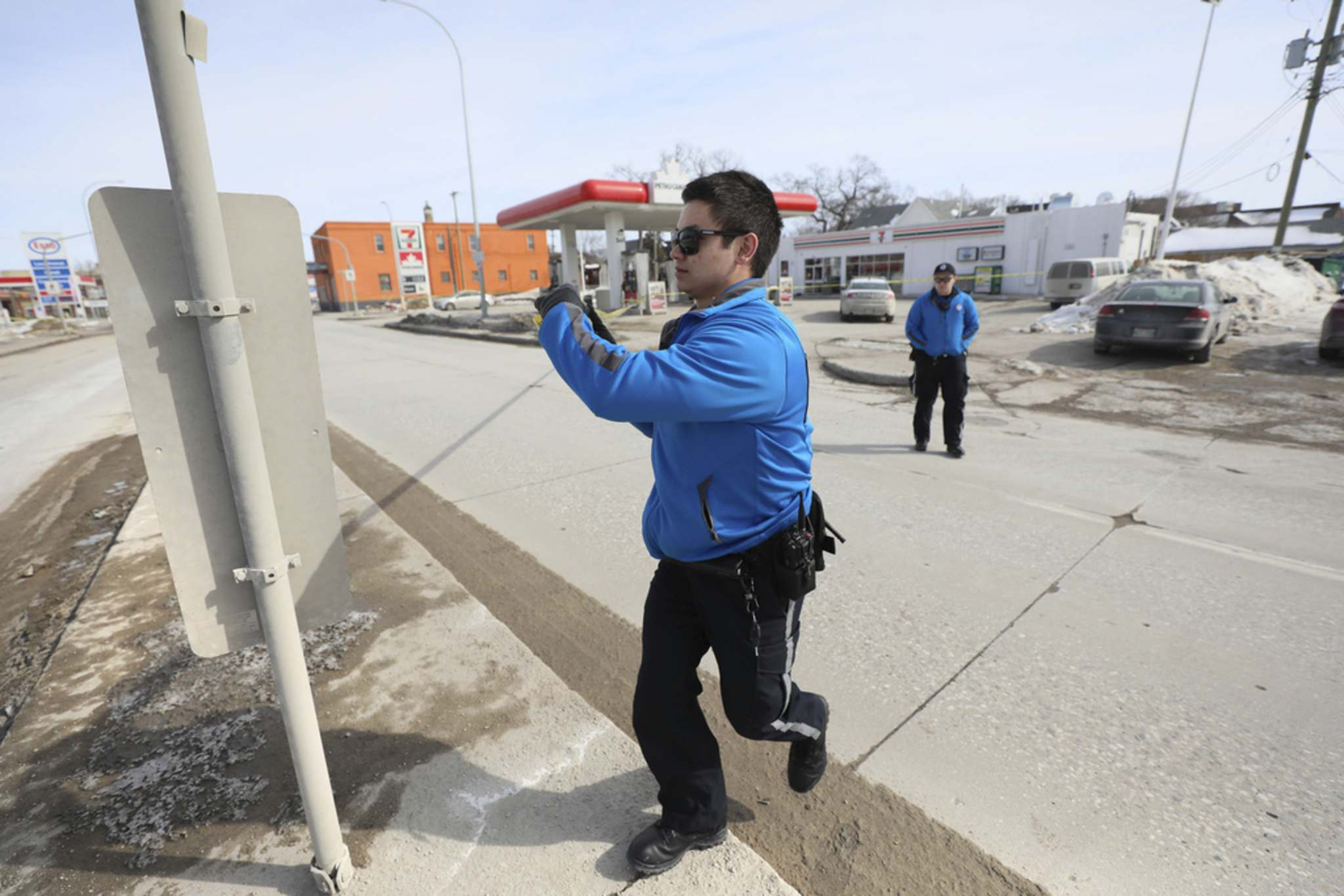 Winnipeg Police cadets tape off the scene Saturday morning. (Ruth Bonneville / Winnipeg Free Press)</p>