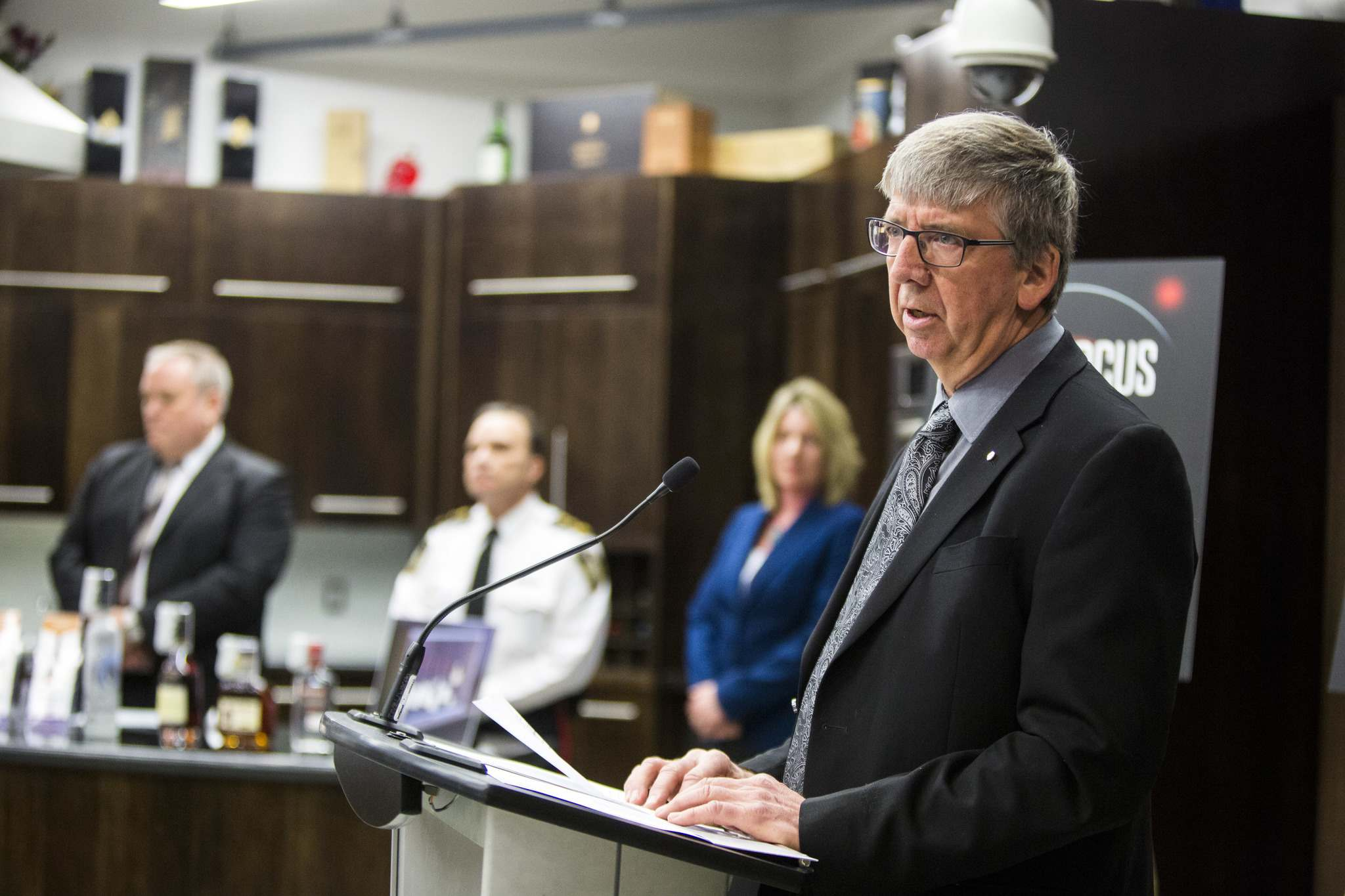 Manitoba Liquor and Lotteries president and CEO Peter Hak announced new anti-theft strategies Thursday, including trained loss-prevention officer teams, a no-bag policy at certain stores and changes to store layouts. (Mikaela Mackenzie / Winnipeg Free Press)</p>