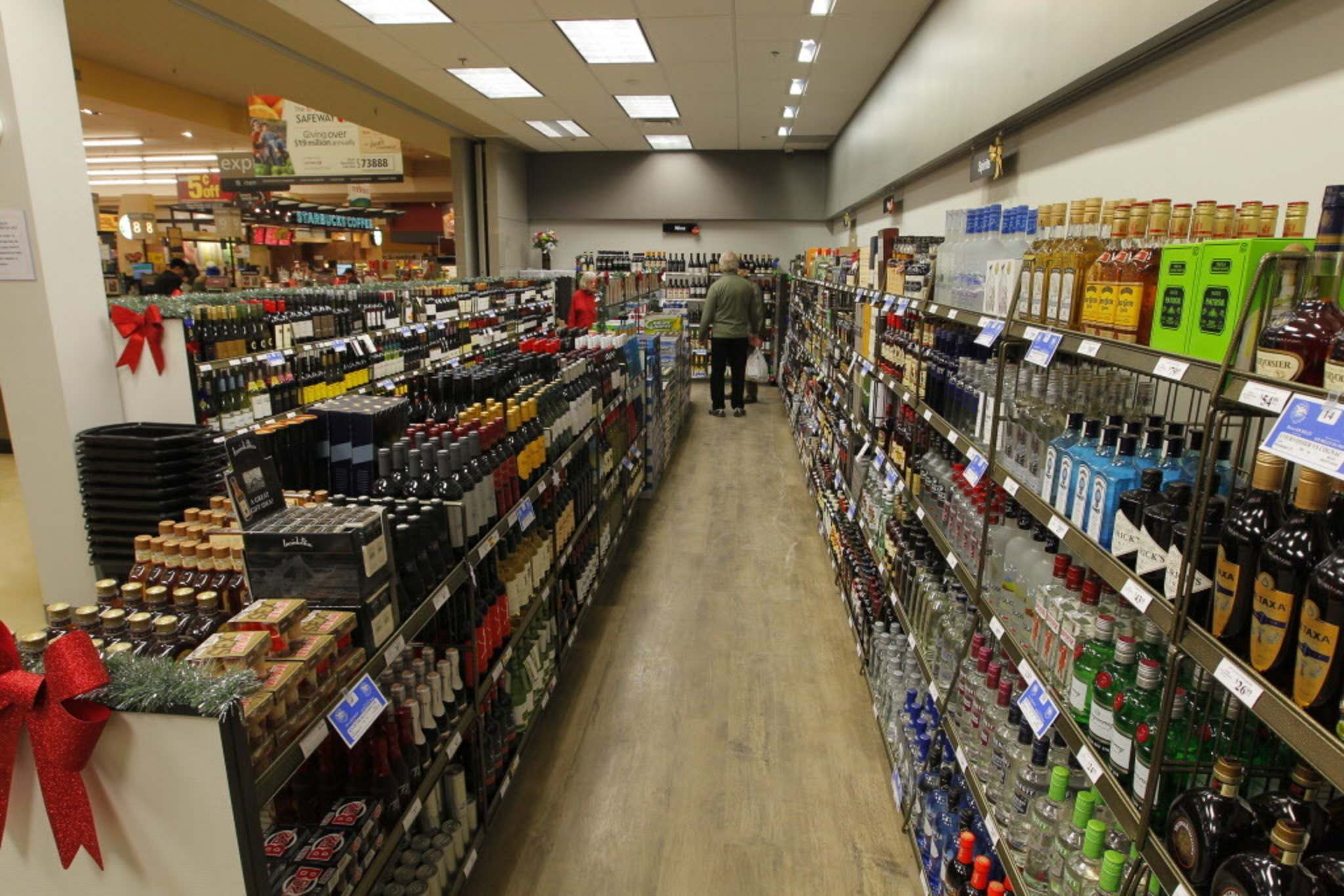 Police have arrested 113 people since October for stealing booze from local liquor marts. (Boris Minkevich / Winnipeg Free Press files)</p>