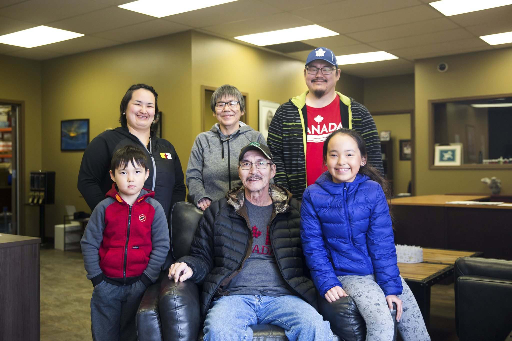Tatty was originally given a prognosis of having about 12 months to live. His family (from left), Wendy, Minnie, Adam, Emerson, himself and Marley, are hopeful his therapy can extend that. MIKAELA MACKENZIE / WINNIPEG FREE PRESS</p>