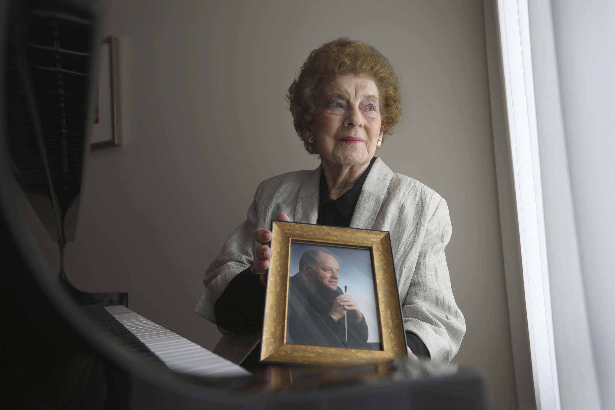 RUTH BONNEVILLE / WINNIPEG FREE PRESS</p><p>Wilson with a photo of her son Eric Wilson, a cello professor at UBC who co-founded the Emerson String Quartet.</p>