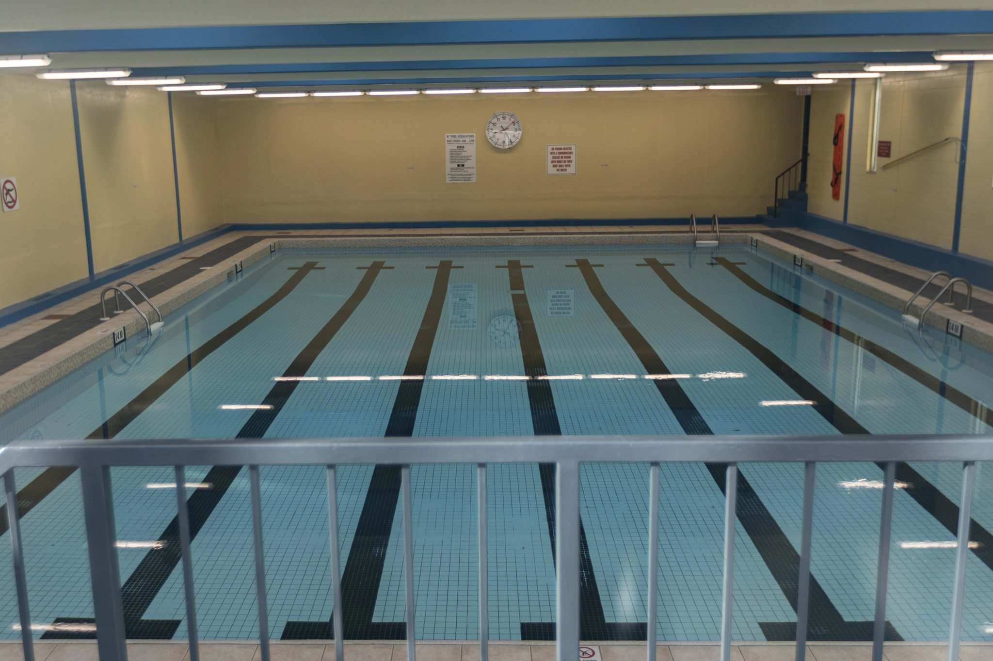 The Courts of St. James pool has depth markers indicating a one-metre shallow end, a 1.4-metre depth along a slope from the shallow to the deep end and a 2.4-metre depth in the deep end. There were lifesaving devices visible around the pool. (Sasha Sefter / Winnipeg Free Press)</p>