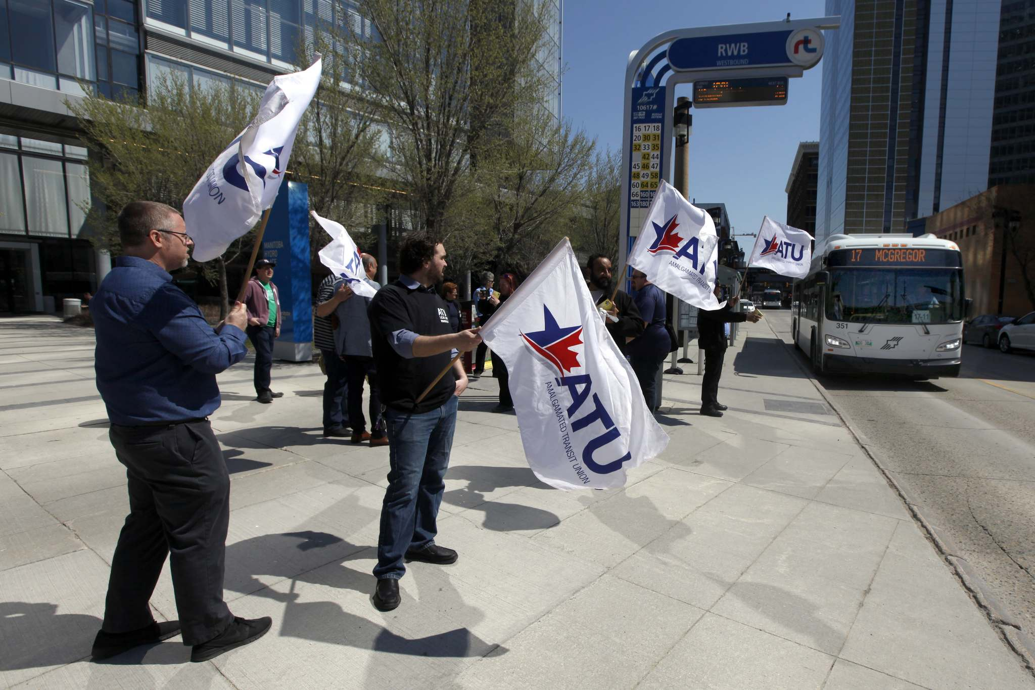 PHIL HOSSACK / WINNIPEG FREE PRESS</p><p>Amalgamated Transit Union members wave flags at Edmonton Street and Graham Avenue on Monday.</p>