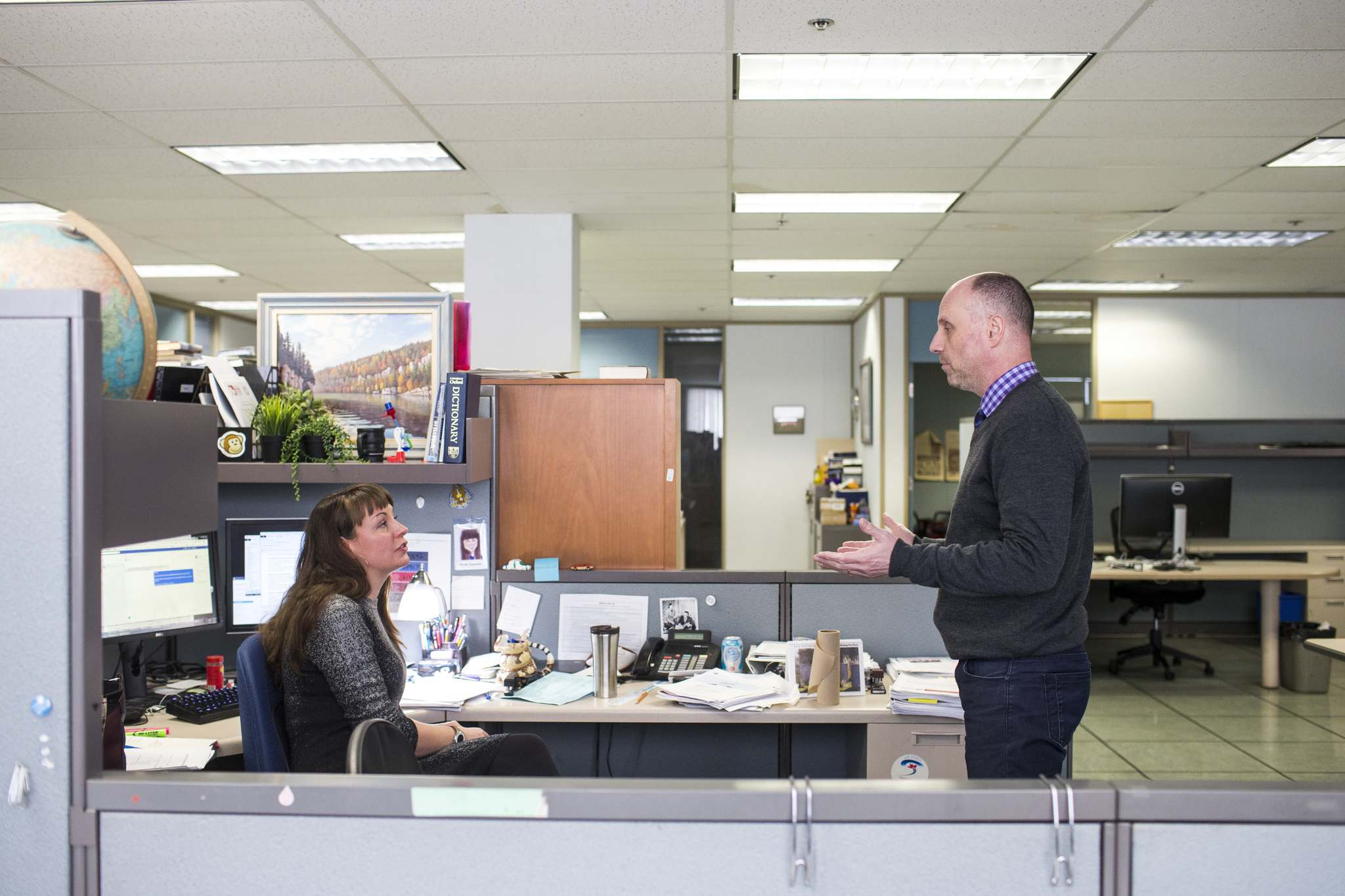 Free Press editor Paul Samyn and Wendy Sawatzky, Associate Editor Digital News, discuss which stories will be included in the Above the Fold online edition highlighting the day's top news. (Mikaela MacKenzie / Winnipeg Free Press files)</p>