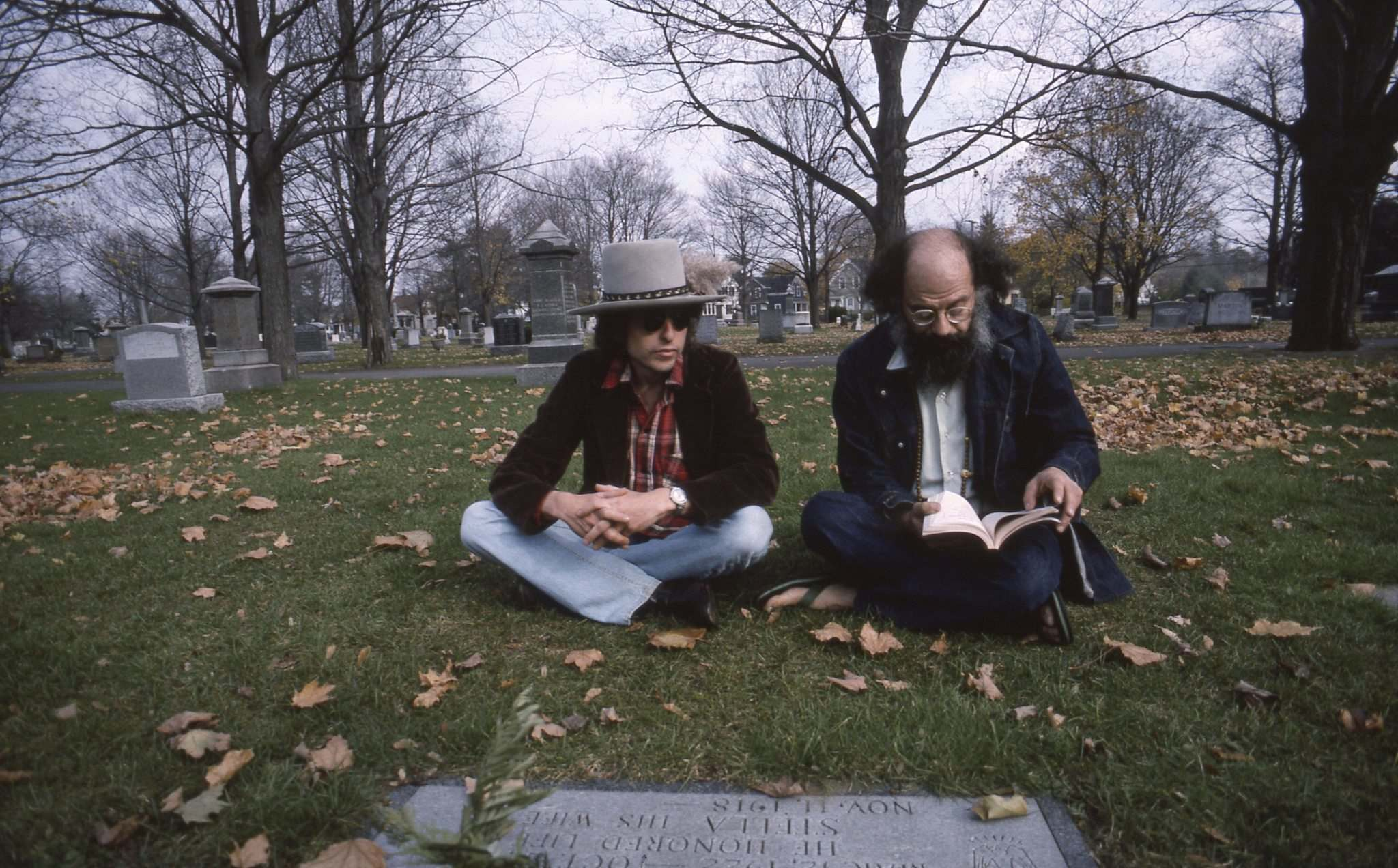 Dylan (left) meets with poet Allen Ginsburg during the Rolling Thunder Revue.</p>